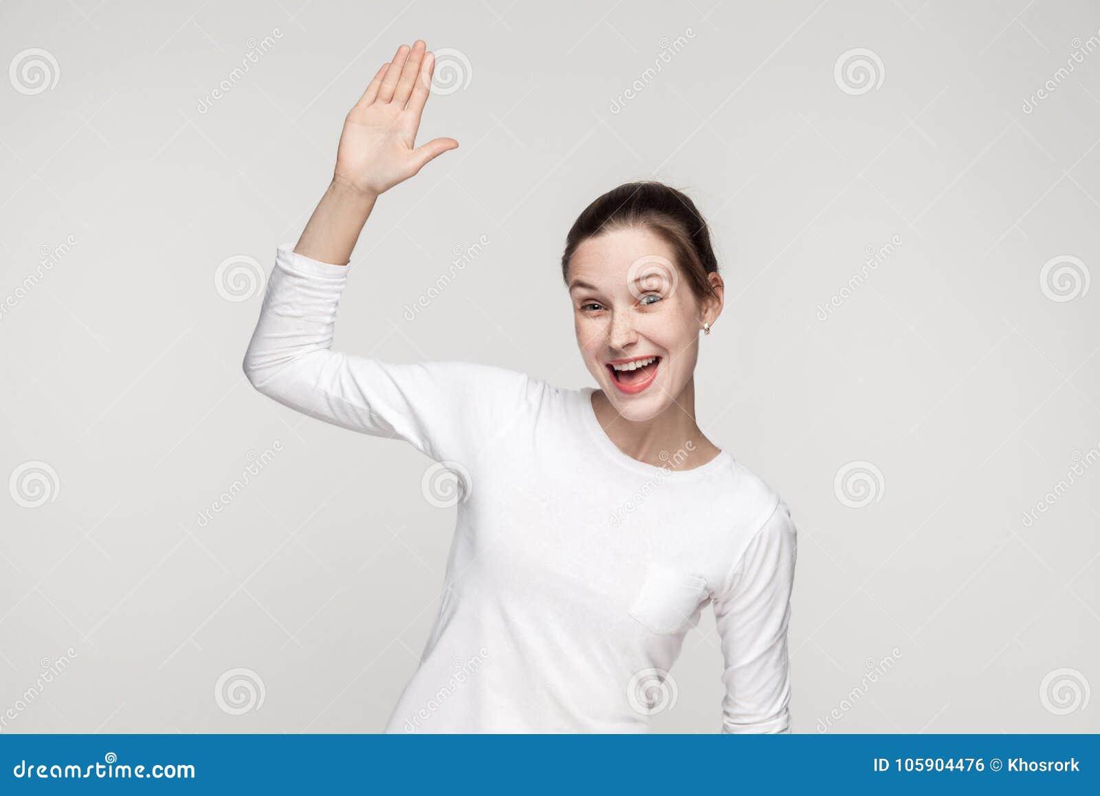 Olá!! Como é você? Mulher da felicidade que mostra o sinal do olá!