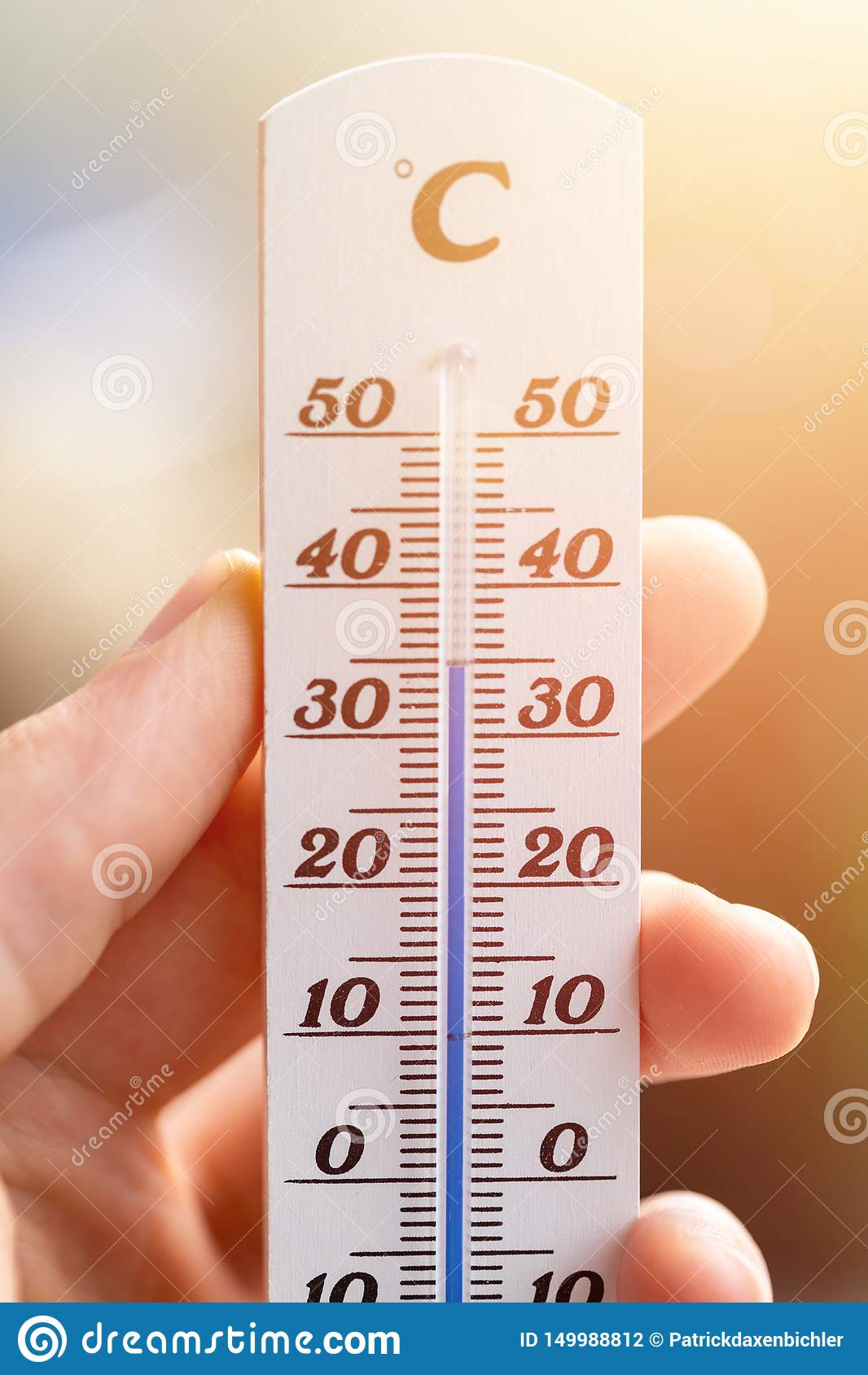 Ola de calor: Termómetro en el verano en un fondo borroso, calor