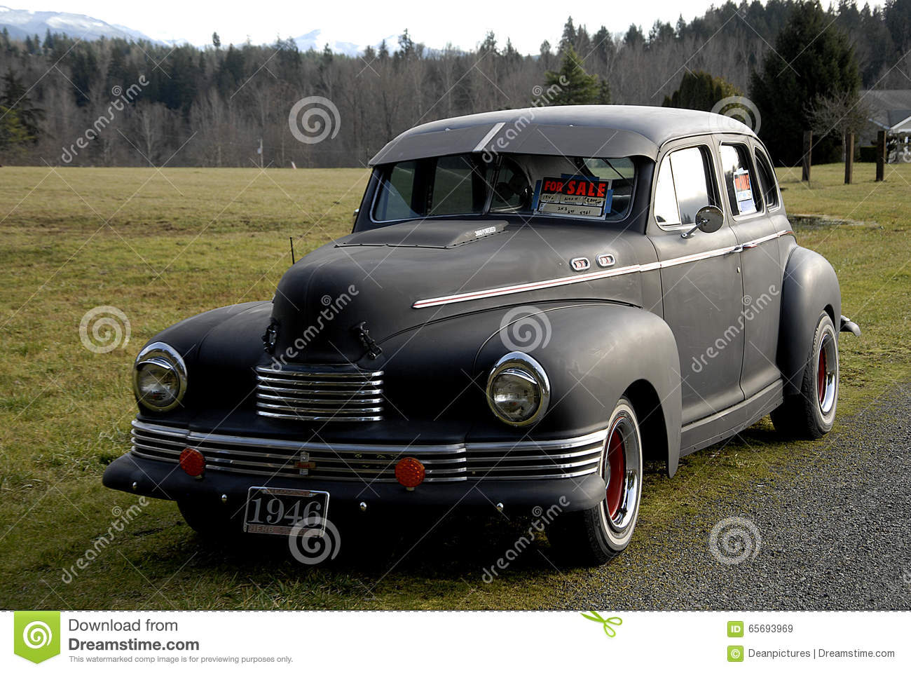 OLD CAR FOR SALE AND BACKGROUND MOUNT RAINIER Editorial Stock Image ...