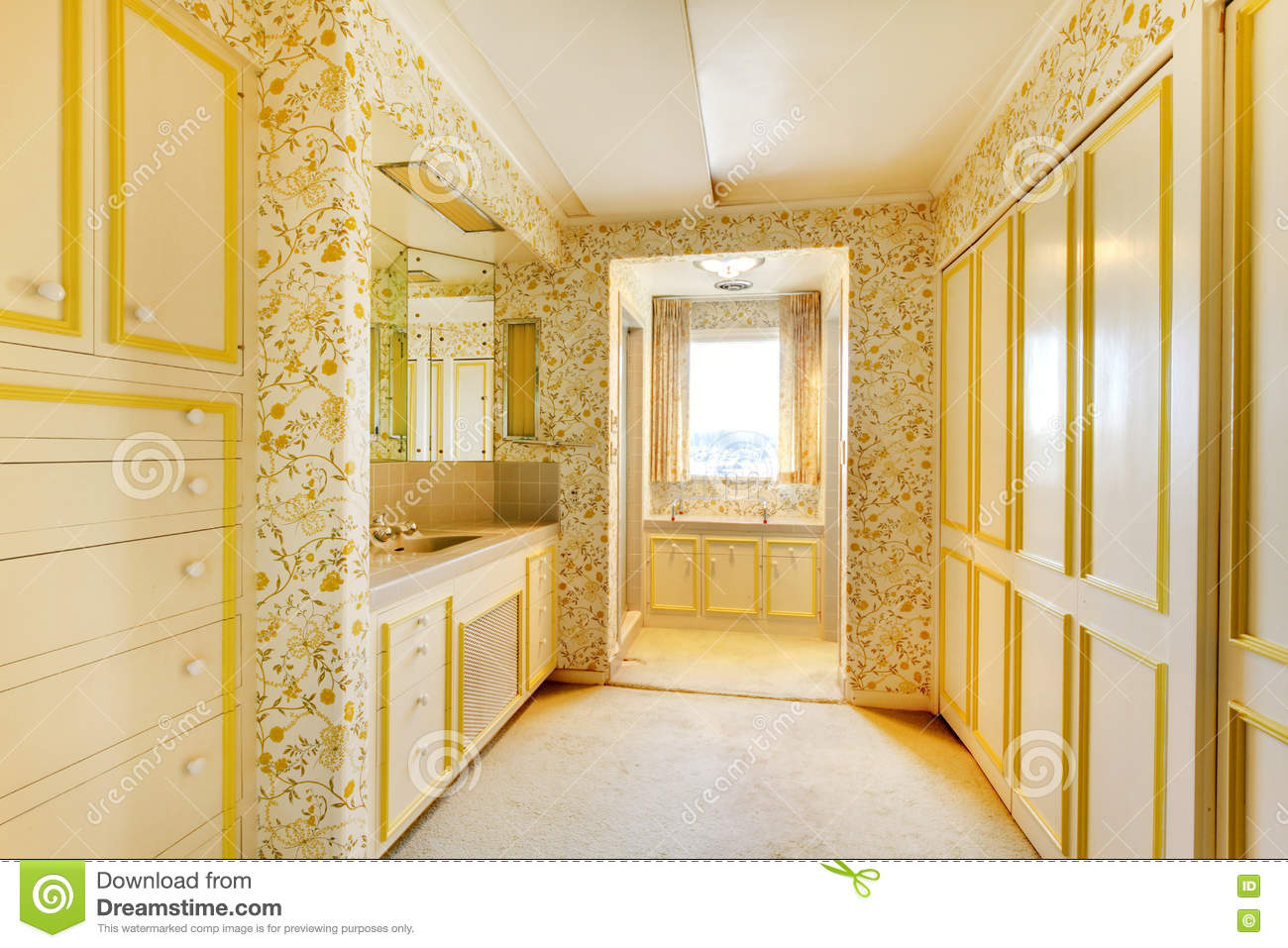 Old Classic American House Antique Bathroom Interior With Wallpaper And Carpet