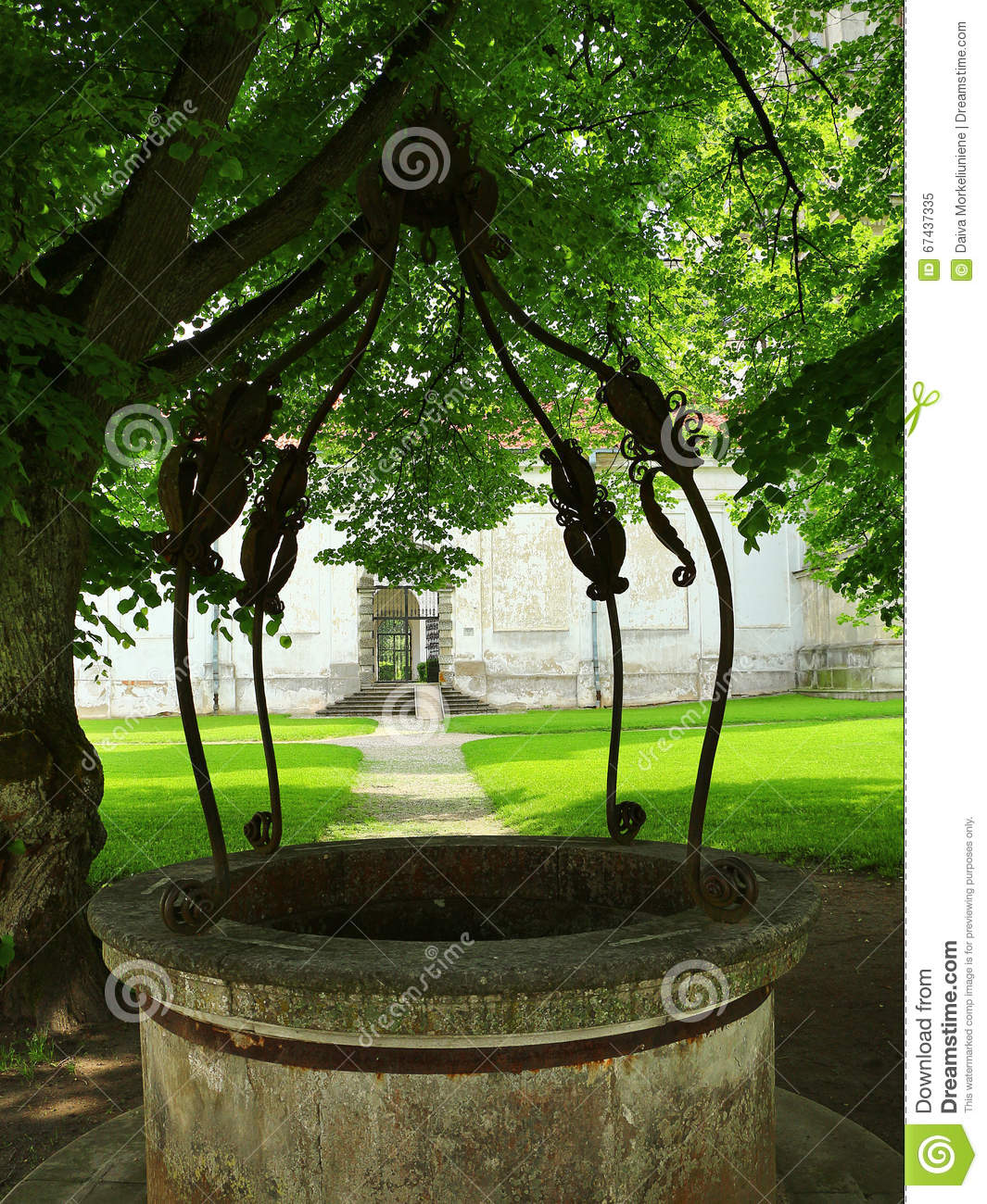 Well Decor: Old Decorated Water Well Stock Image. Image Of Traditional