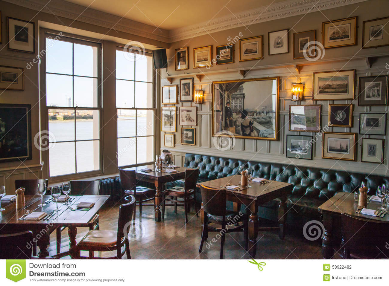 Old english victorian public house interior editorial for Interieur english