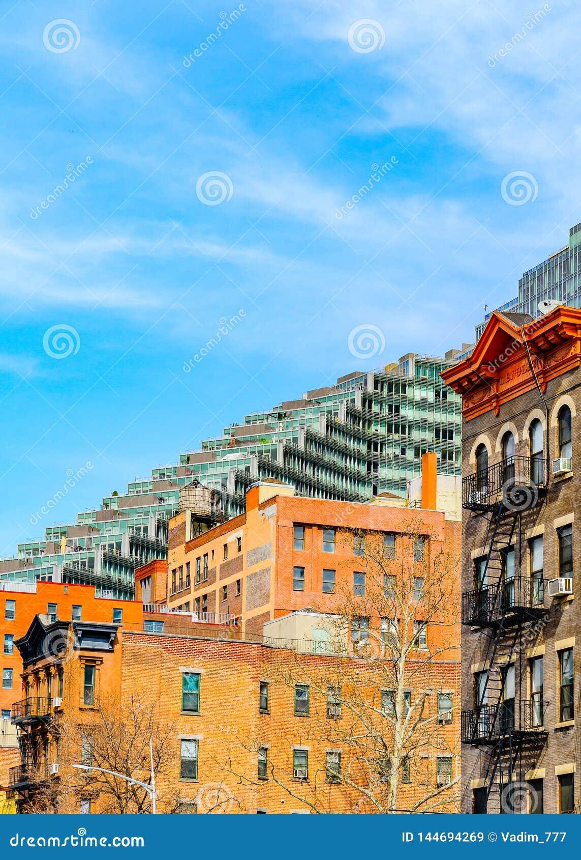 Old-fashioned avec l échelle de sortie de secours sur la façade de bâtiment et immeuble moderne à Manhattan, New York City