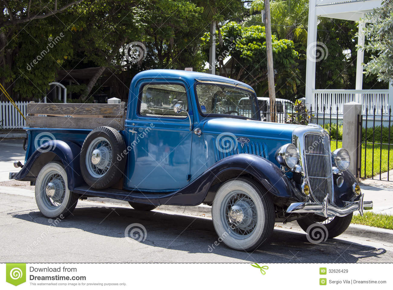 Old Ford Pickup editorial stock image. Image of beautiful - 32626429