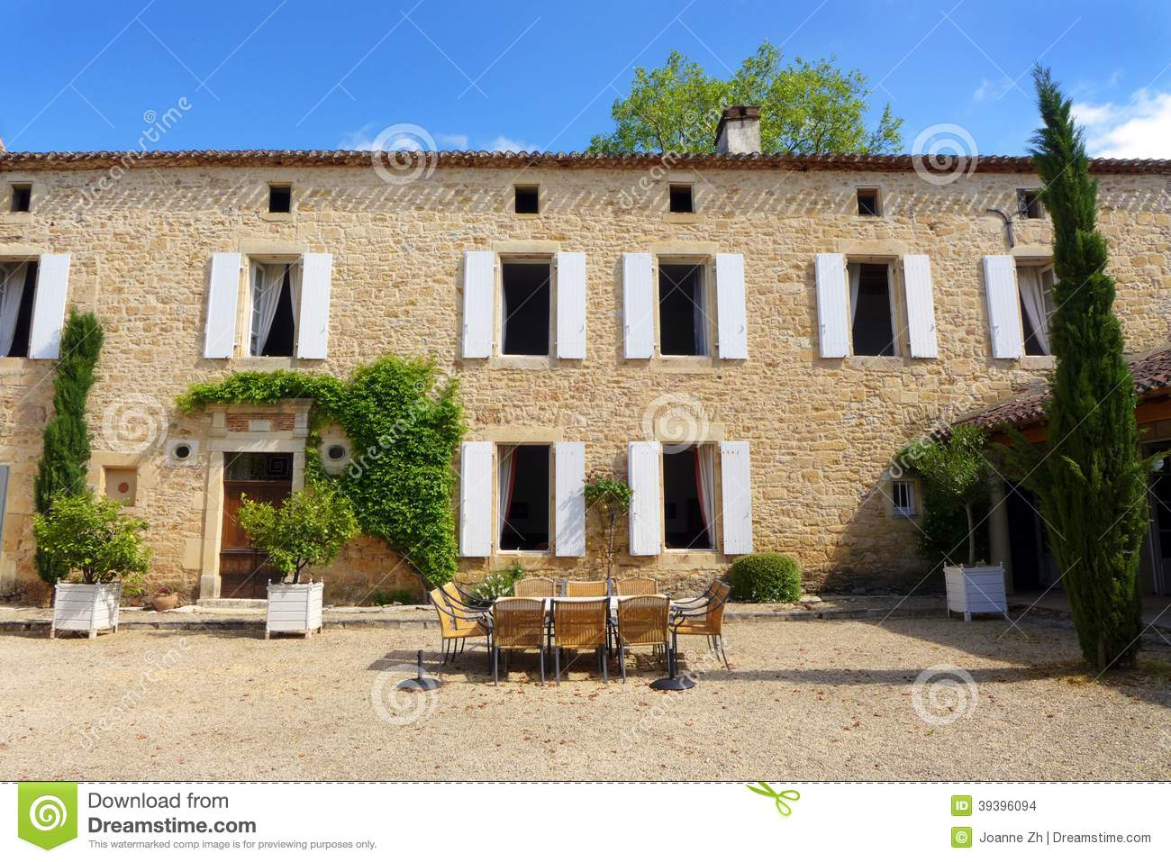 Old italian style mansion with outdoor dining area for Classic italian house