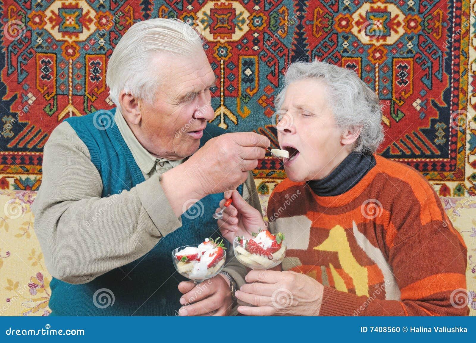 Старик и брюнетка 9 фотография