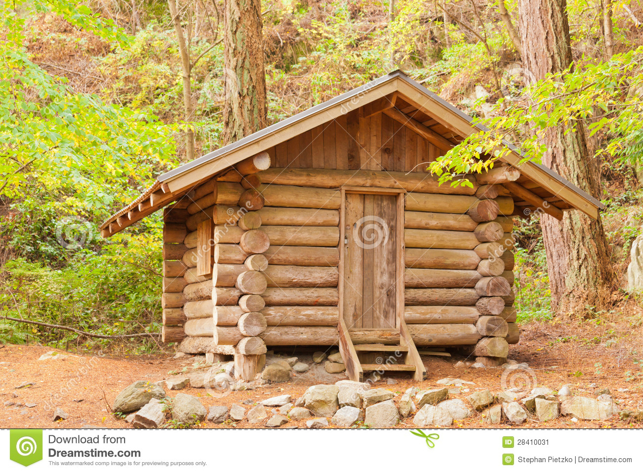 Old solid log cabin shelter hidden in the forest stock for Stili di log cabin