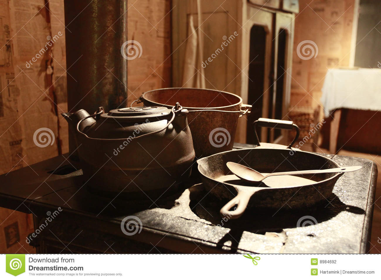 Pots and pans on stove - chat de baito