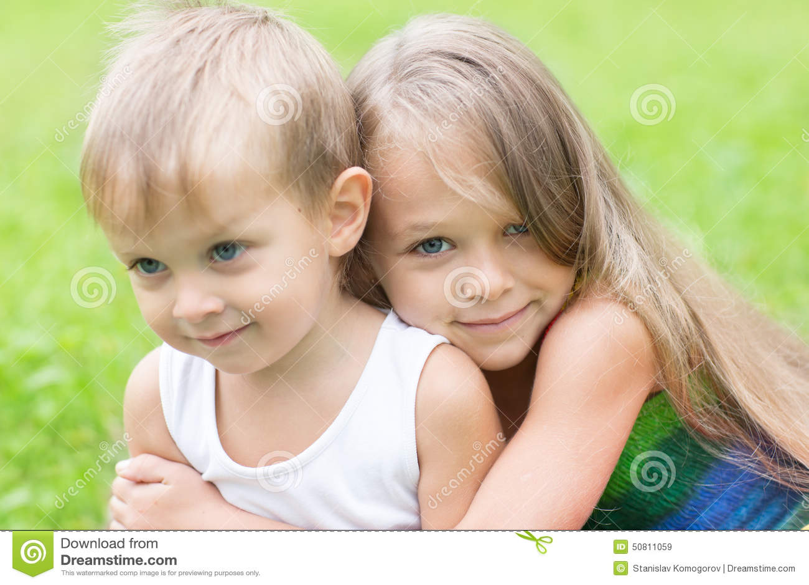 Симпатичный брат с сестрой 29 фотография