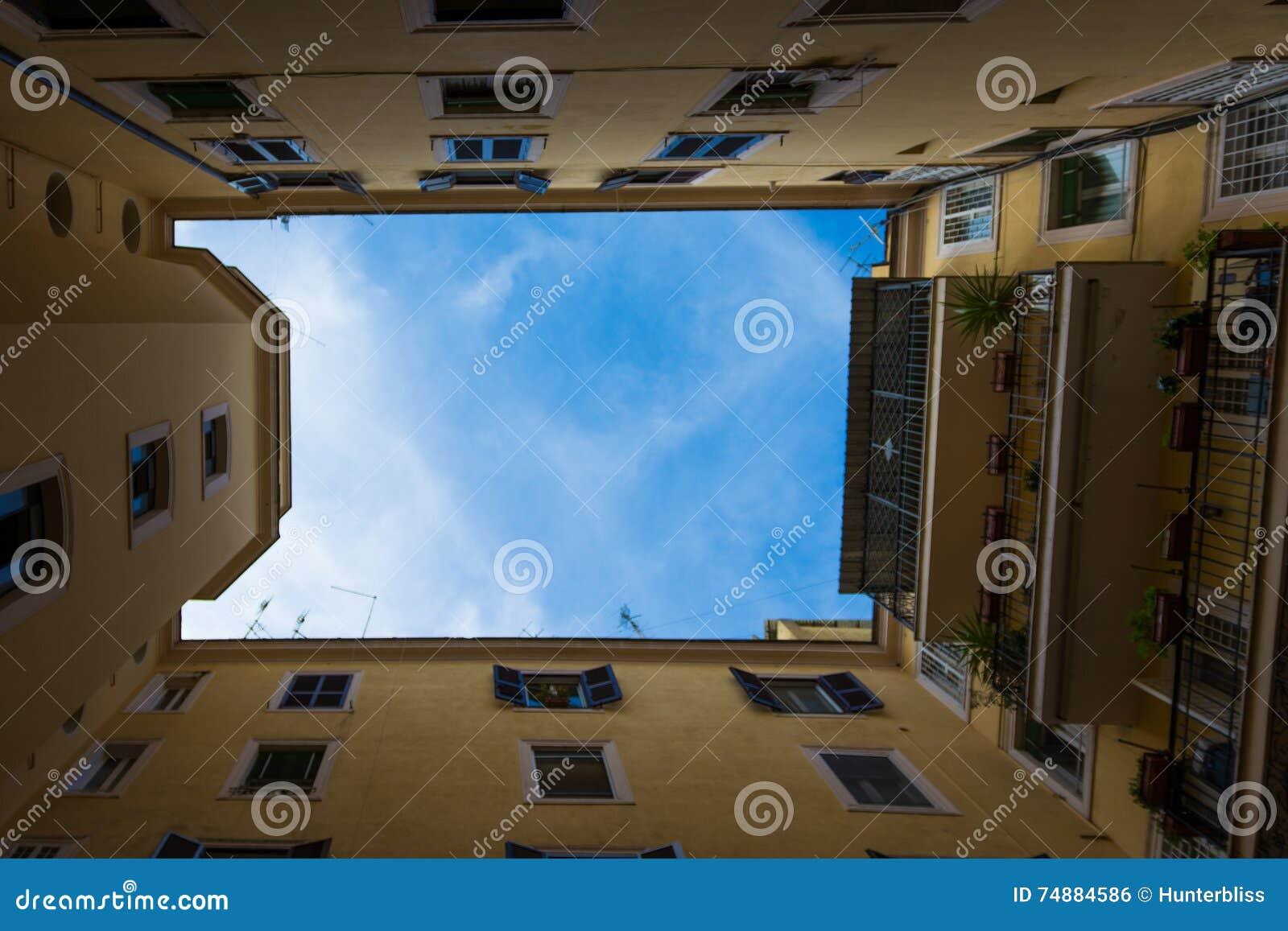 Olhando acima o pátio italiano Roma Windows do céu