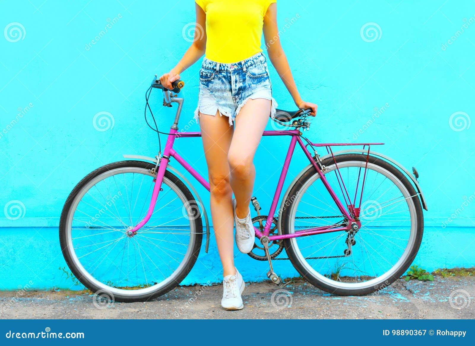 Olhar da forma do verão, mulher bonita com levantamento da bicicleta
