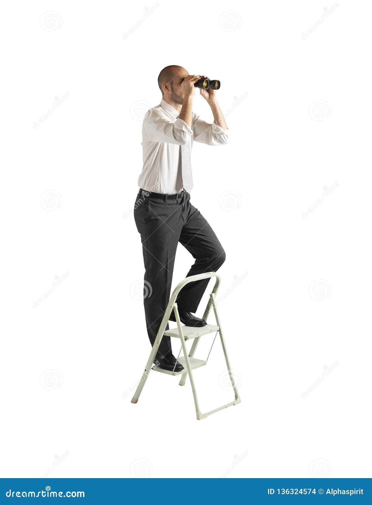 Olhar do homem de negócios distante para oportunidades de negócio novas Isolado no fundo branco