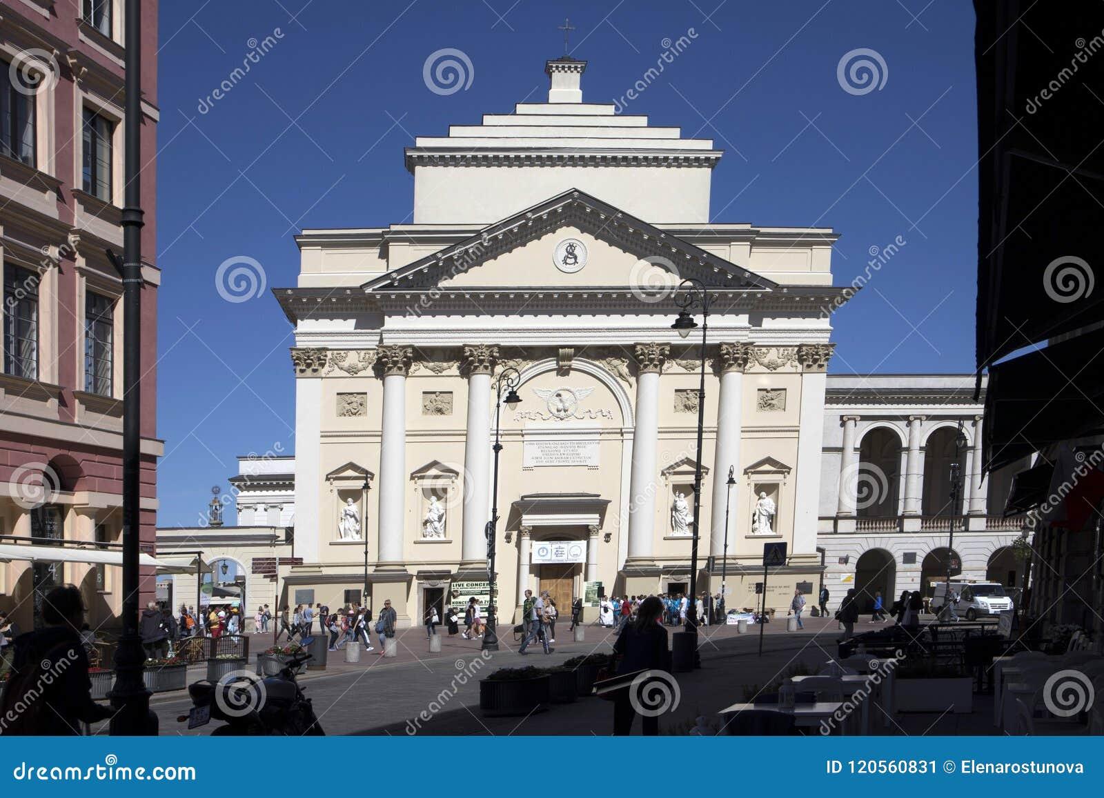 Olhar fixo velho Miasto da cidade, igreja quadrada do ` s de St Anne do castelo, Varsóvia