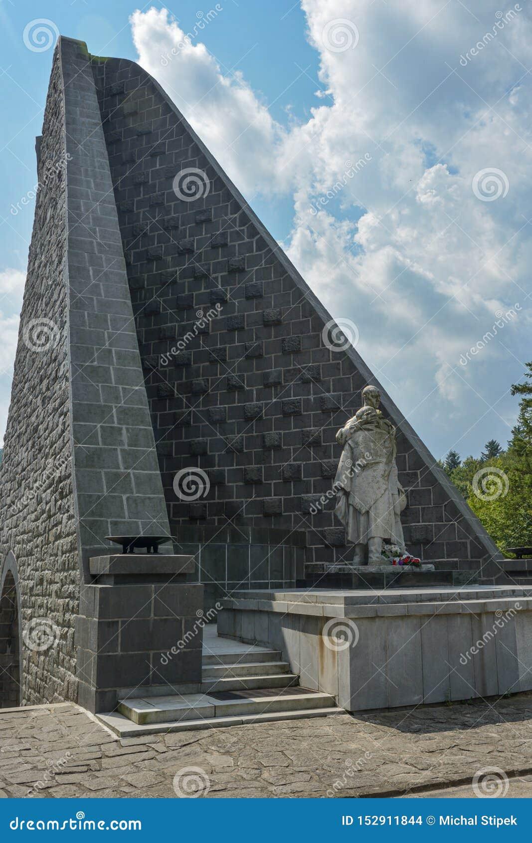 Olhar mais atento no memorial do exército Czechoslovak na passagem de Dukla