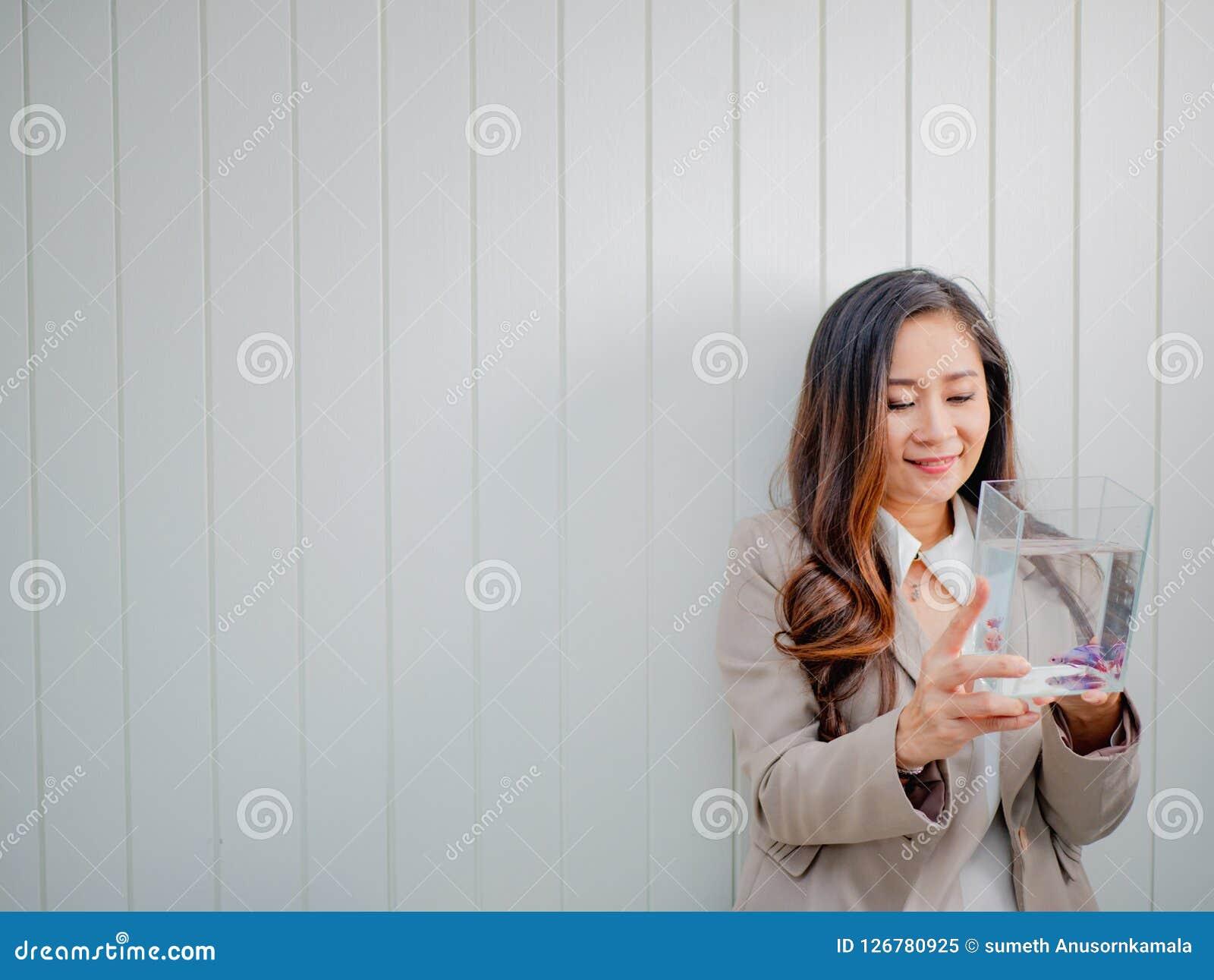 Olhar moderno das mulheres de negócio em peixes