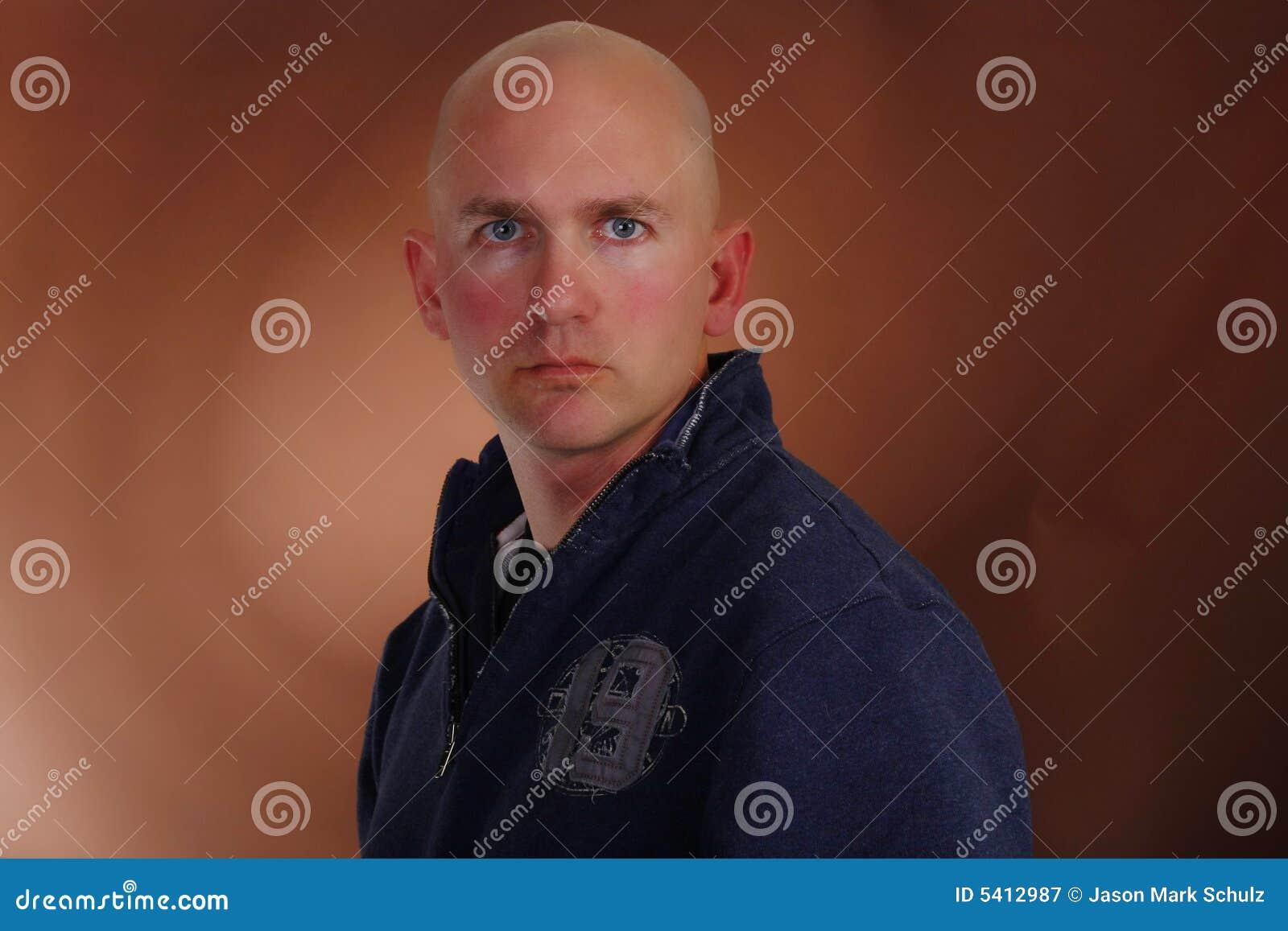 Olhar sério do homem calvo