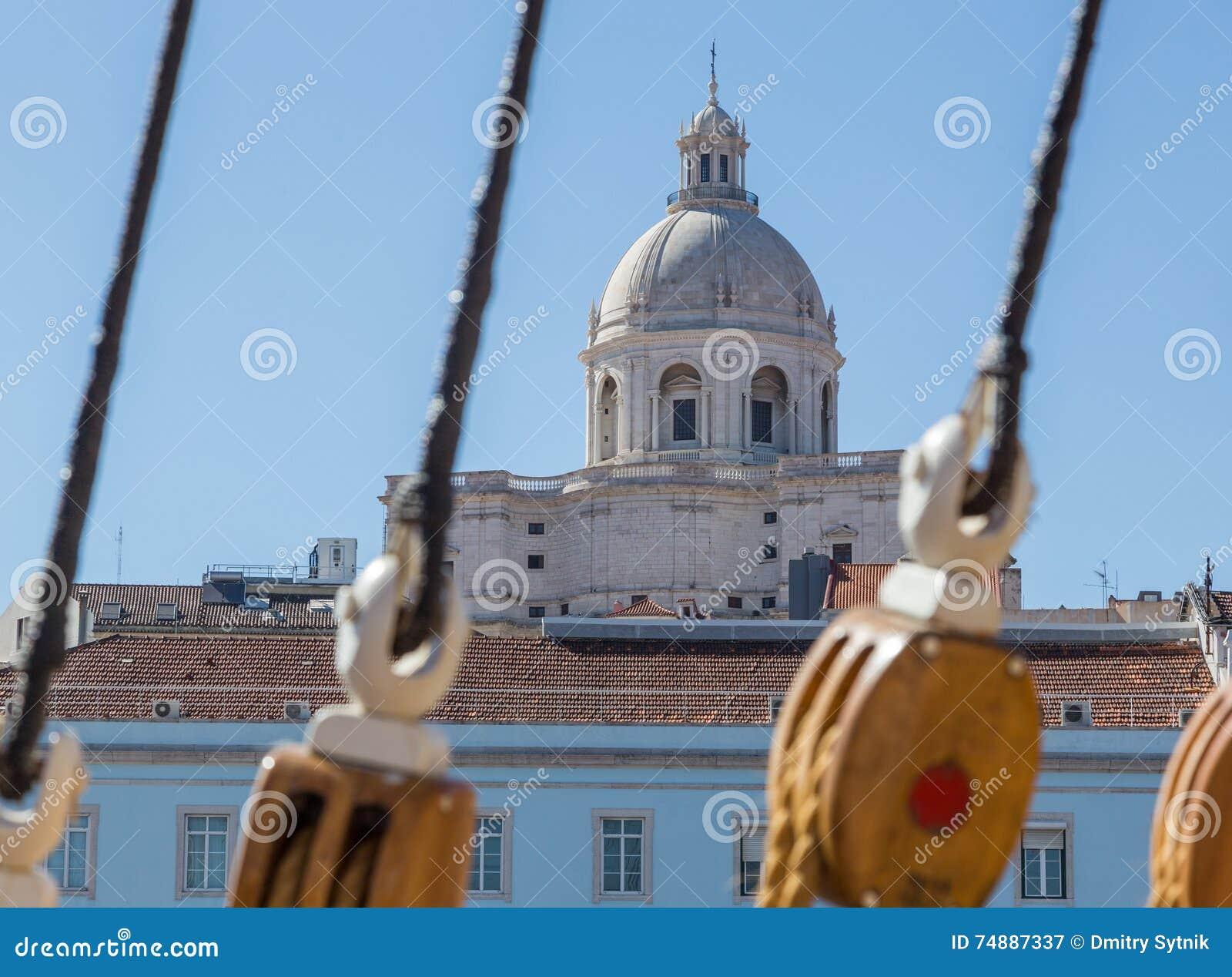 Olhe do navio de navigação na igreja
