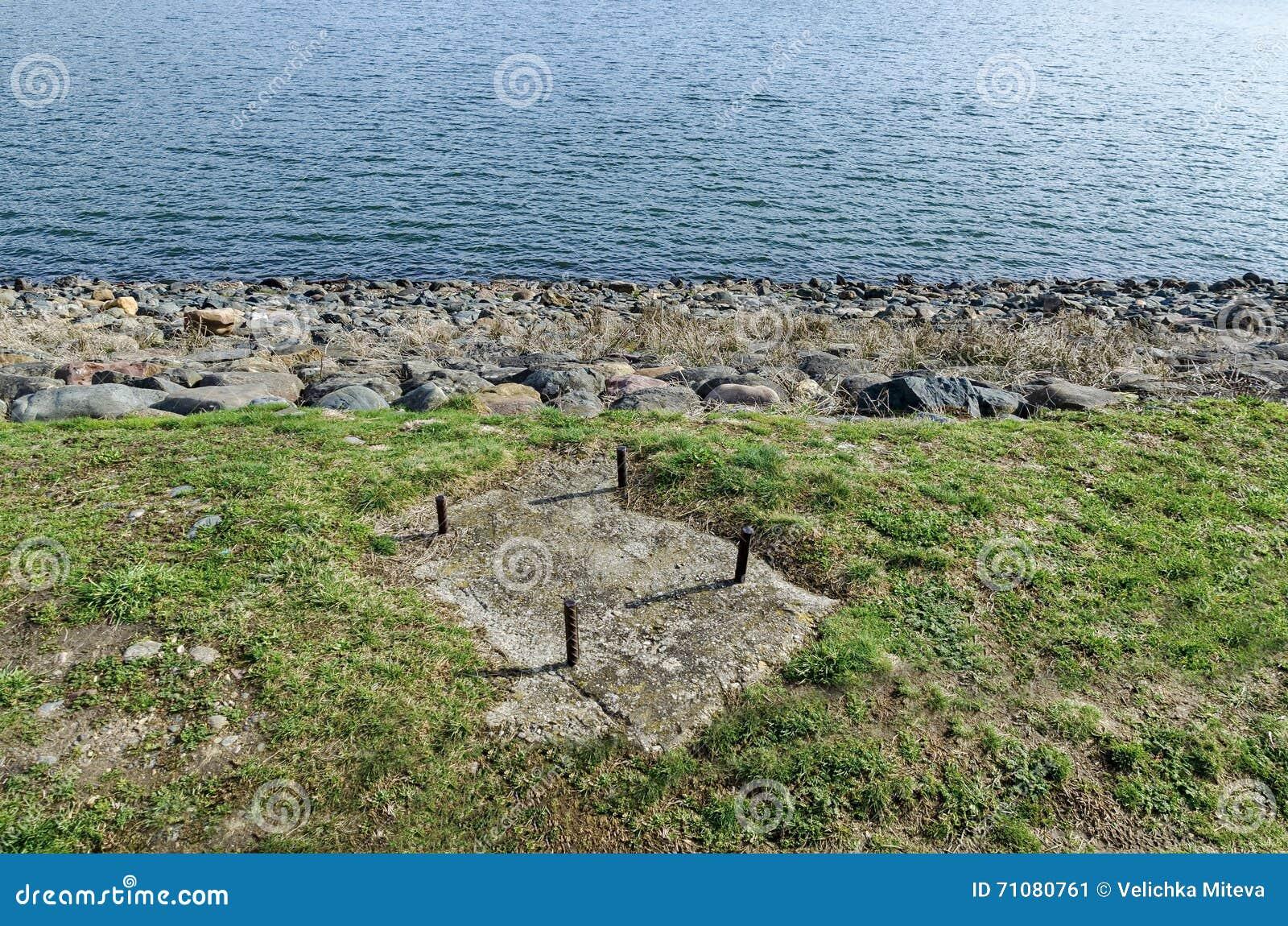 Olhe para a barragem da represa pitoresca, água do recolhimento do rio de Iskar