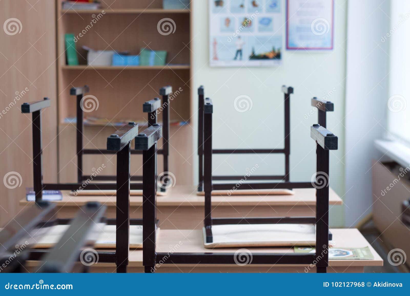 Olhe para fora da tabela, imagem de borrão da sala de aula vazia como o fundo