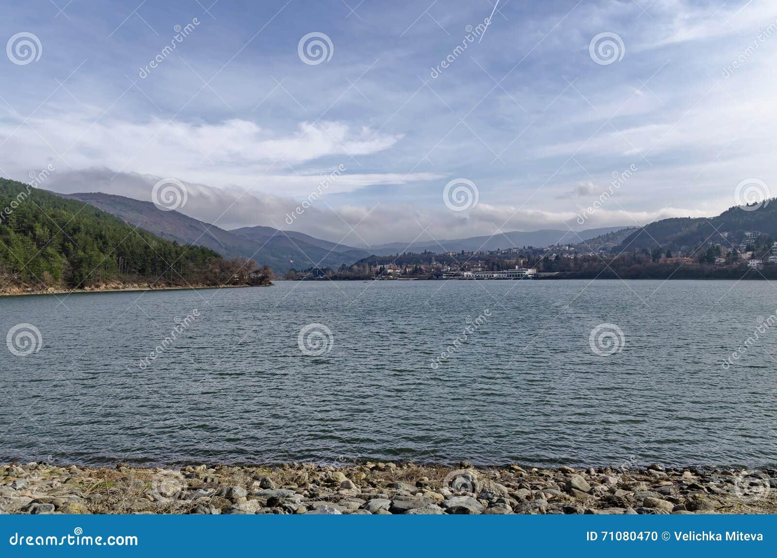 Olhe para o ambiente da represa pitoresca, água do recolhimento do rio de Iskar