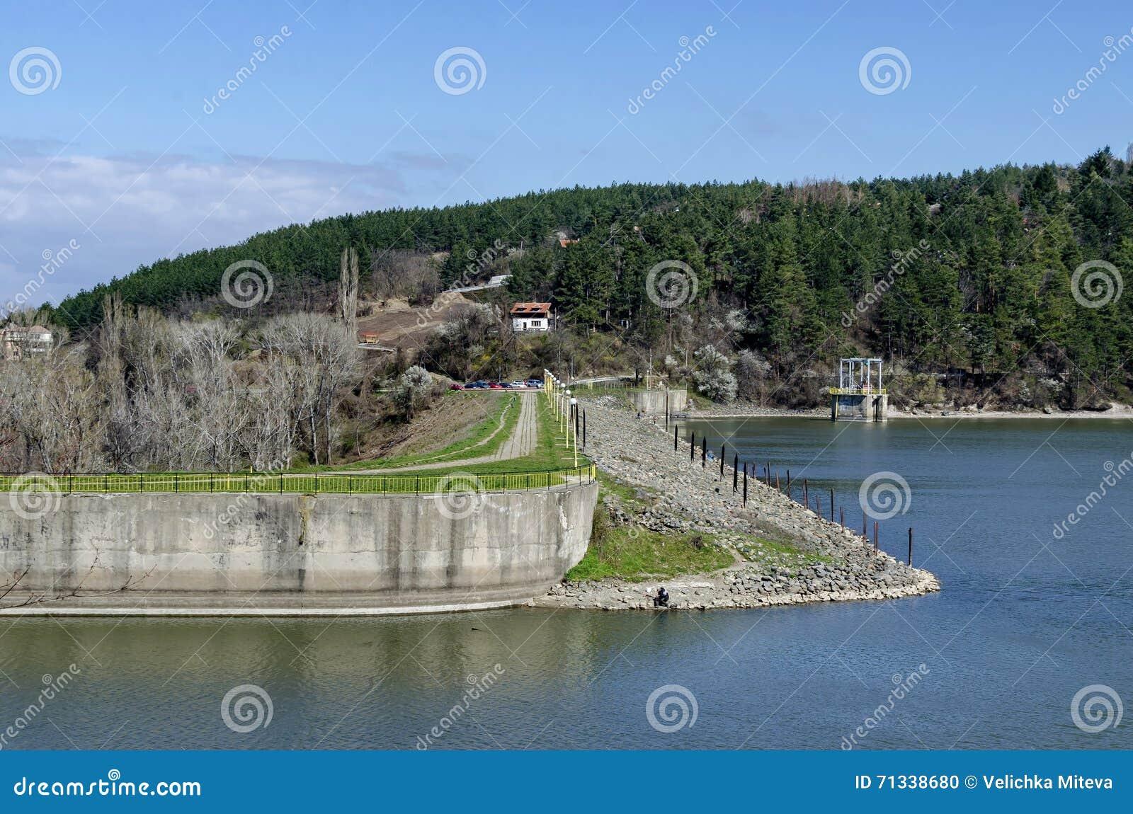 Olhe para a parede da barragem da represa pitoresca