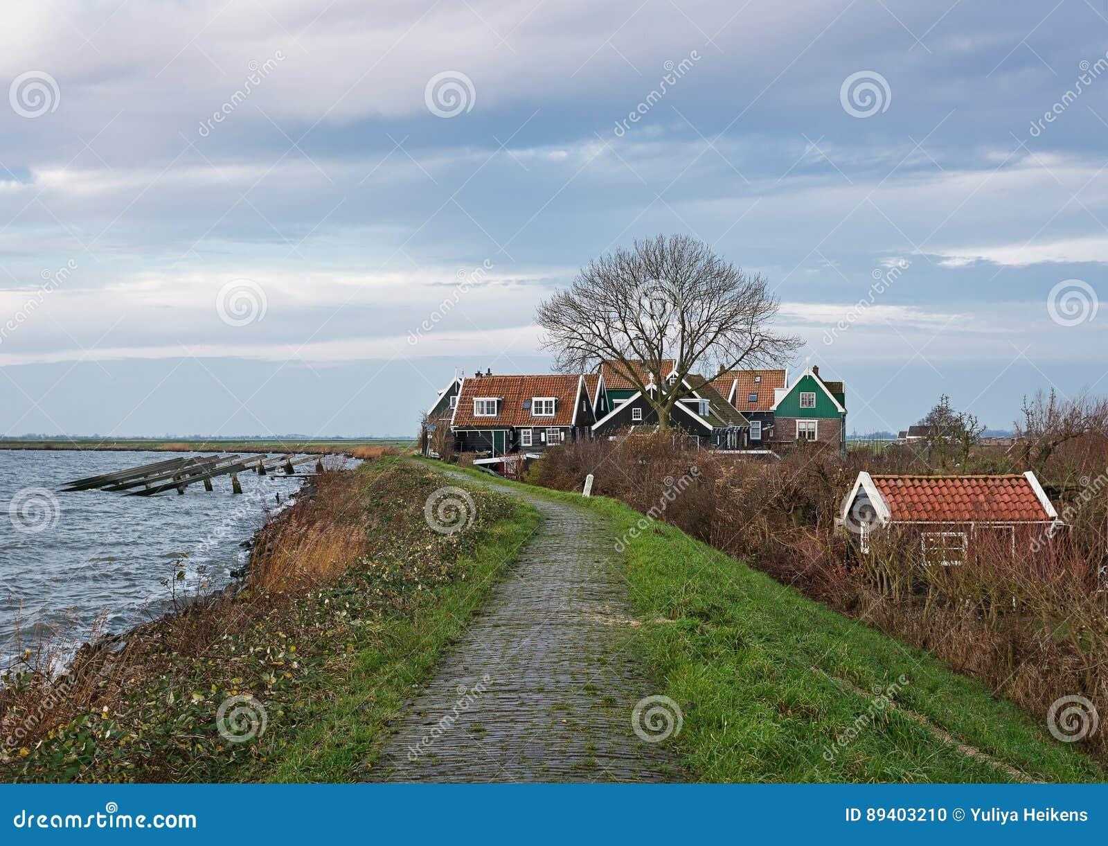 Olhe uma aldeola na ilha Marken, Países Baixos