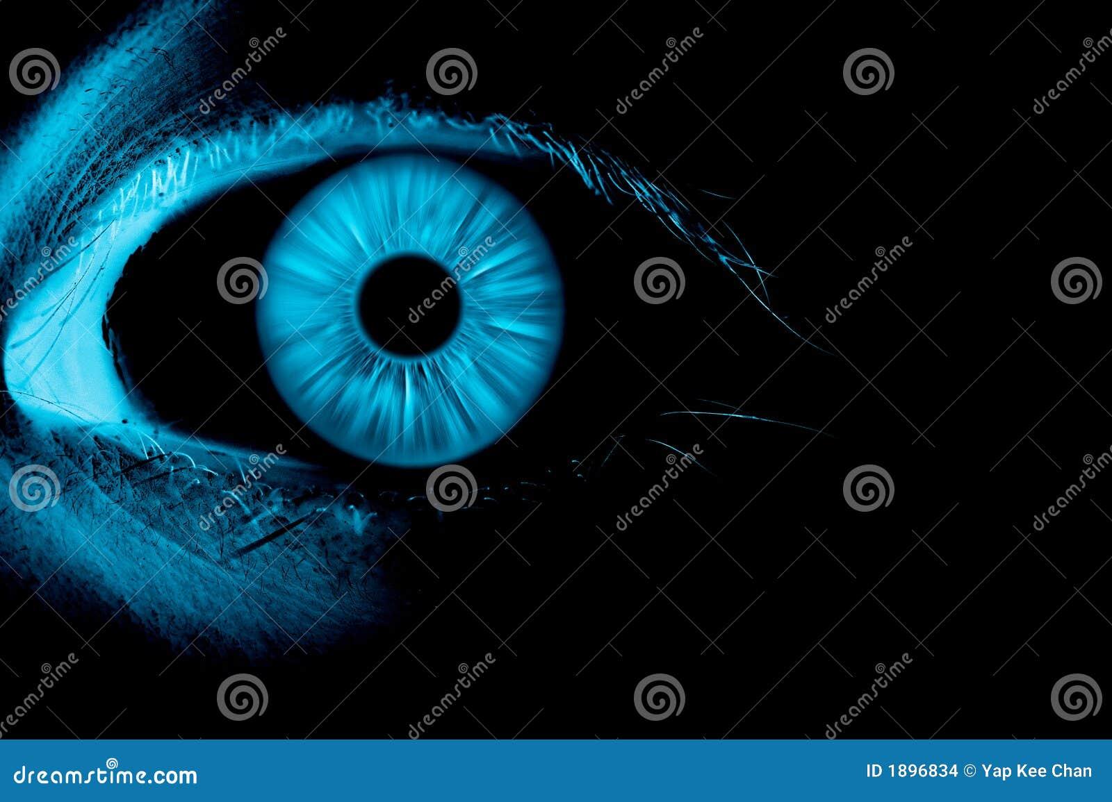 Olhos azuis no foco