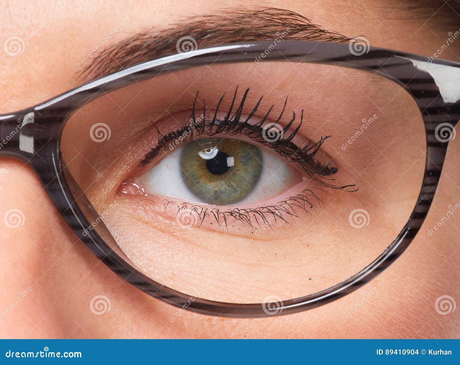Olhos da mulher com monóculos