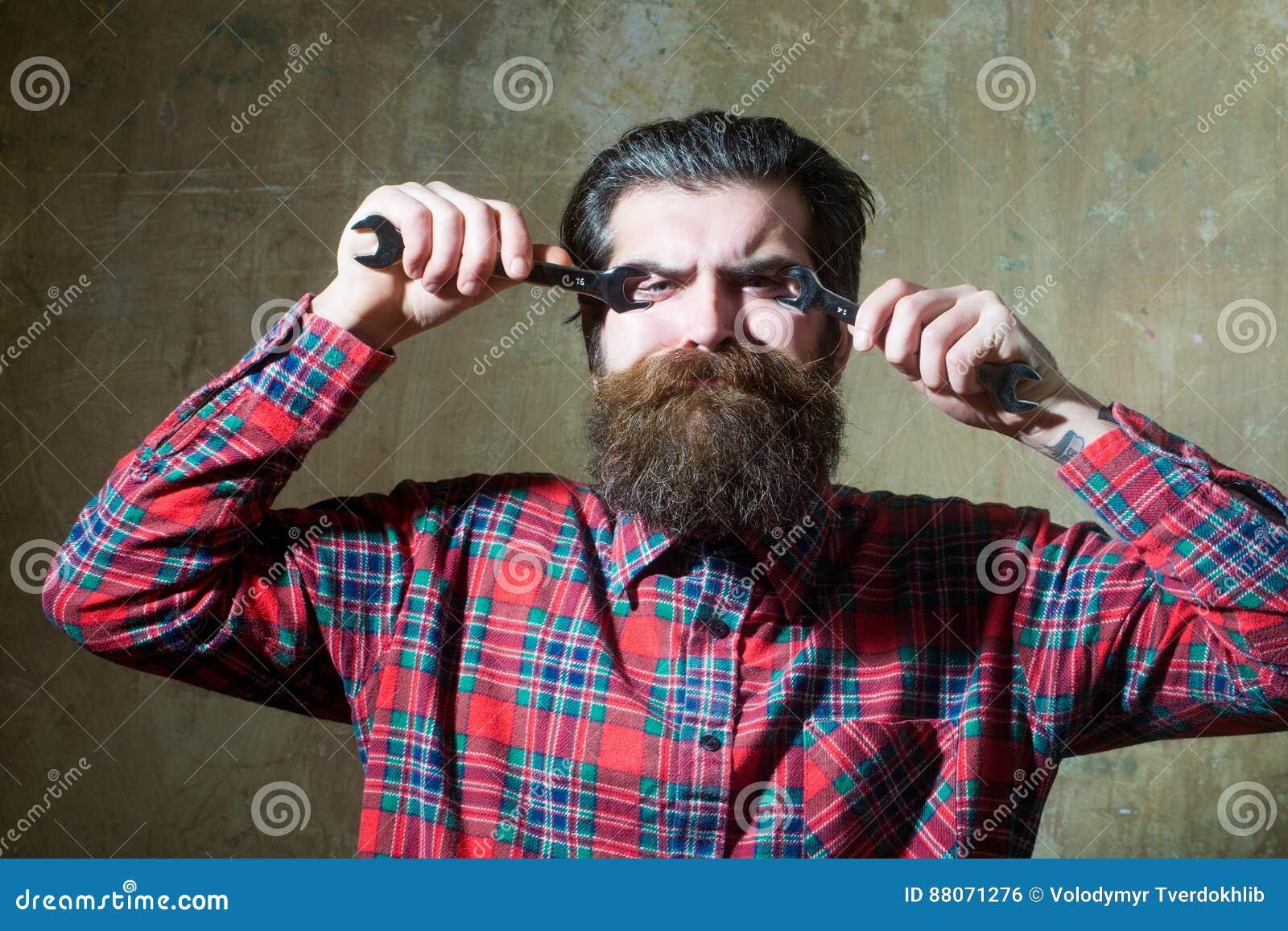 Olhos farpados de sofrimento da asseguração do homem com chaves