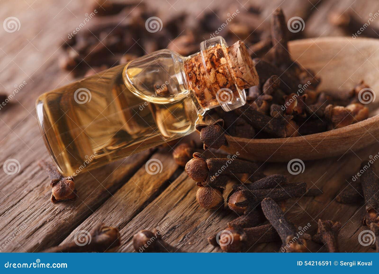 Olie van kruidnagels in het horizontale flessenclose-up