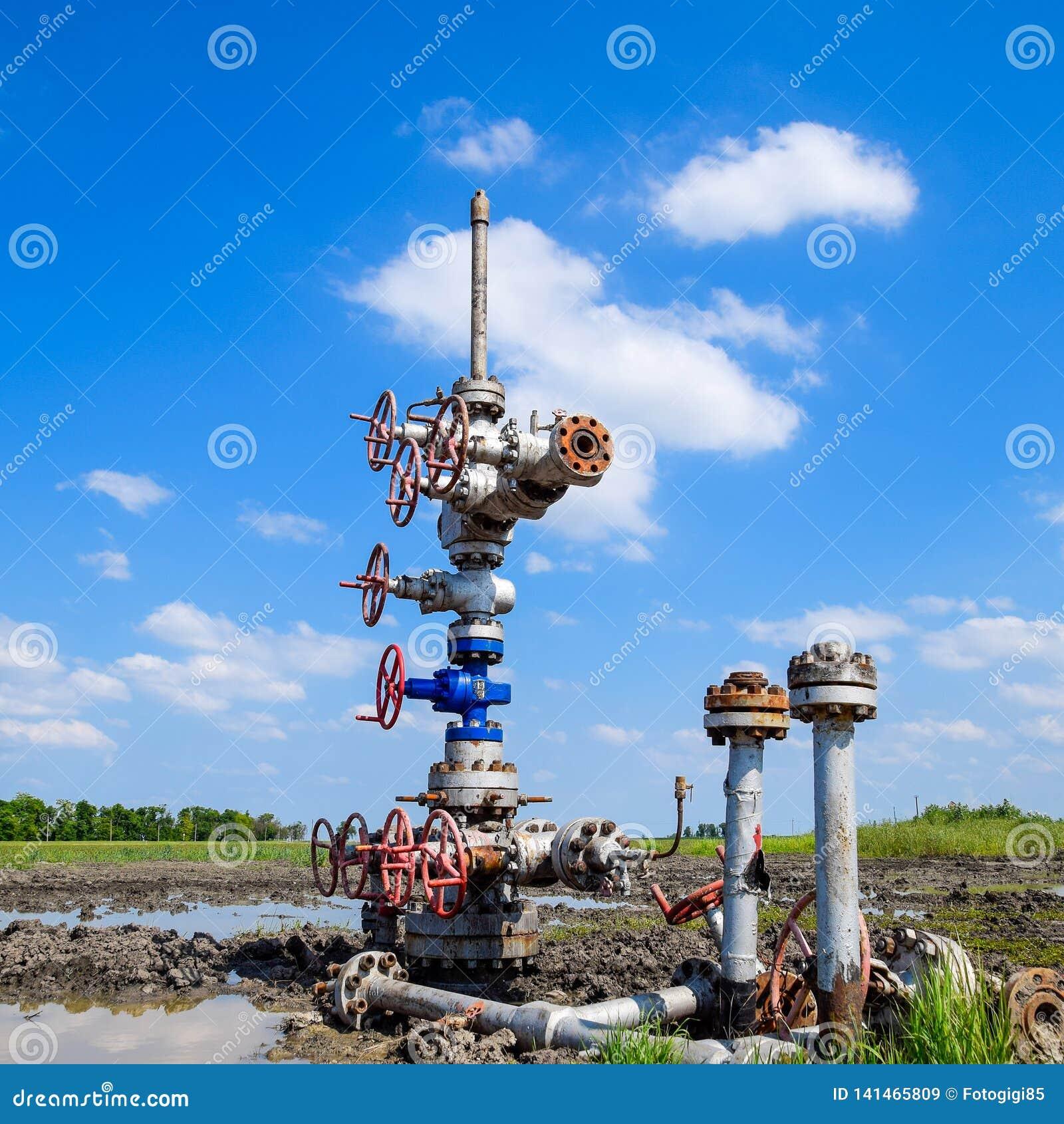 Oliebron na reparatie in modder en vulklei