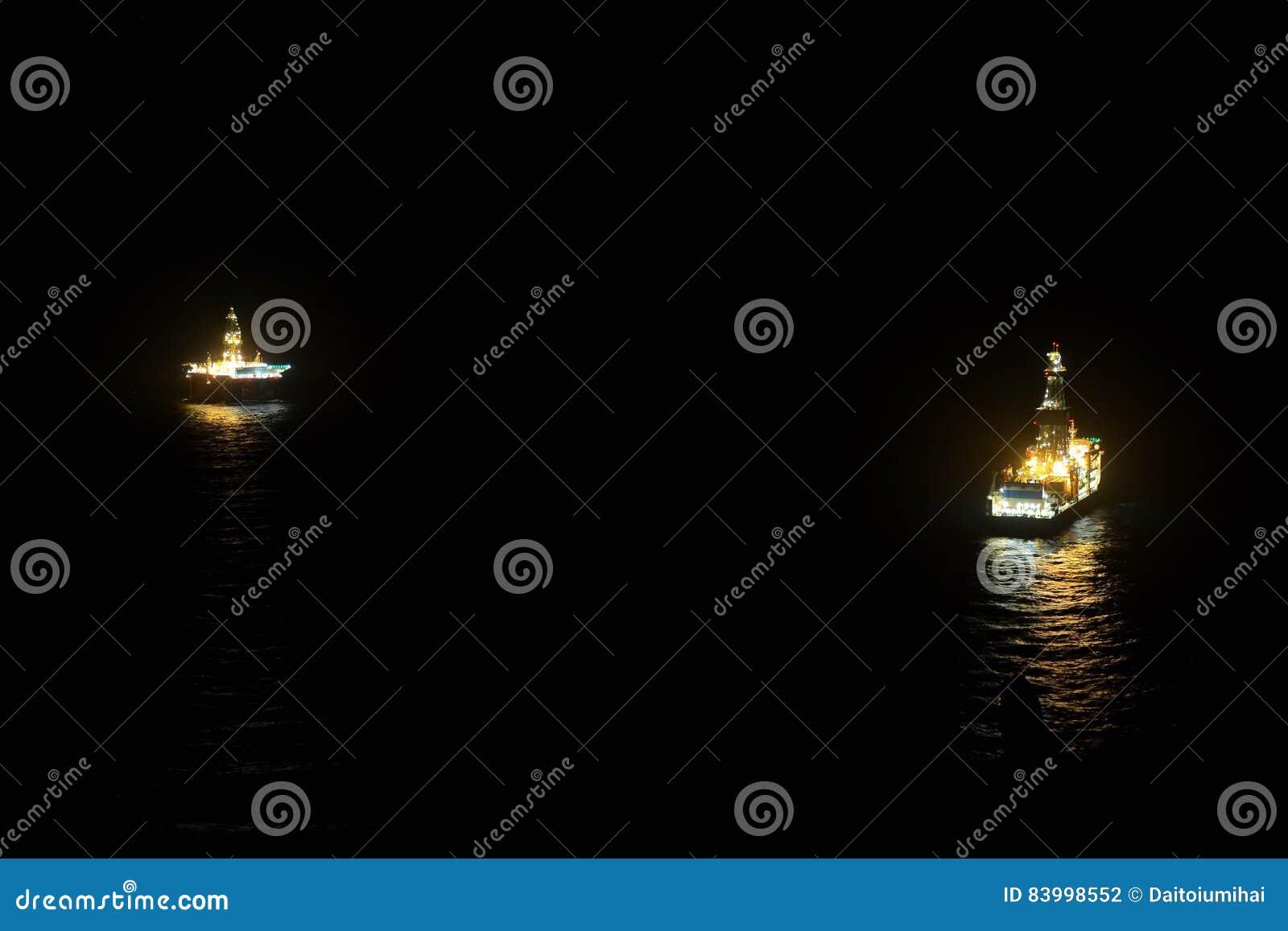 Olieplatform en schip op het overzees