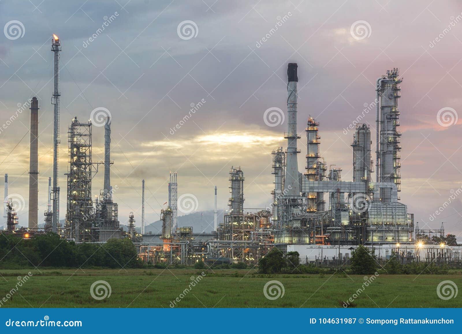 Download Olieraffinaderij Bij Schemeringhemel Stock Afbeelding - Afbeelding bestaande uit nacht, industry: 104631987