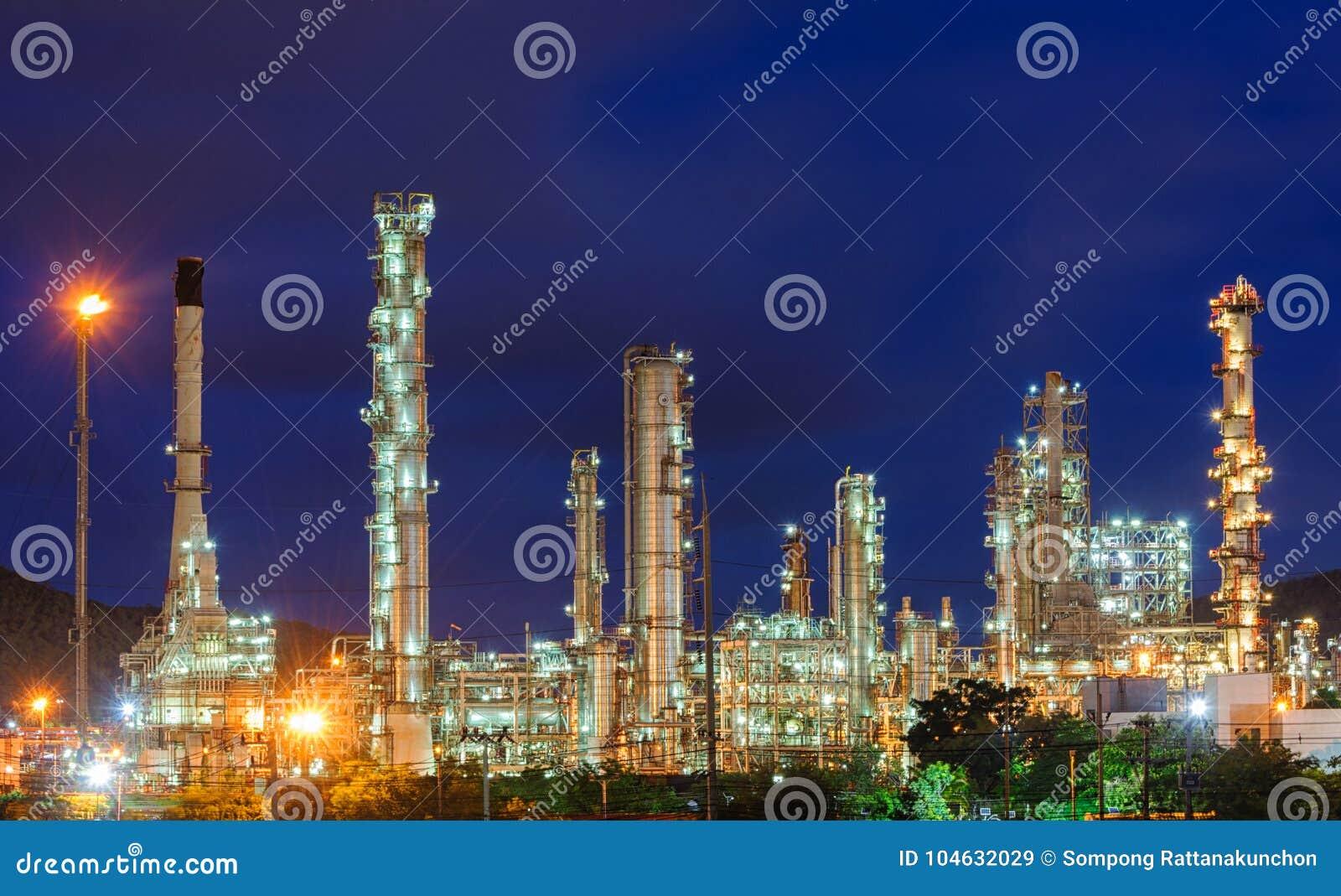 Download Olieraffinaderij Bij Schemeringhemel Stock Afbeelding - Afbeelding bestaande uit zaken, ingewikkeldheid: 104632029