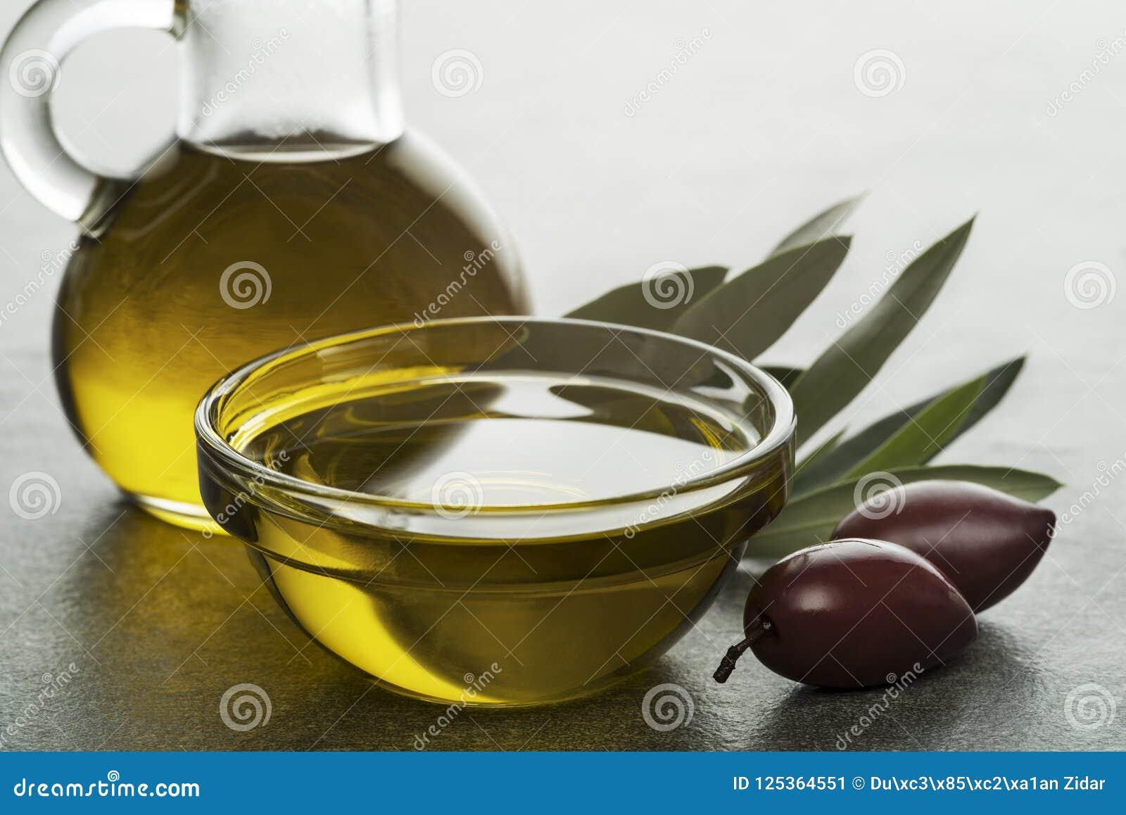Olijfolie in fles met olijven