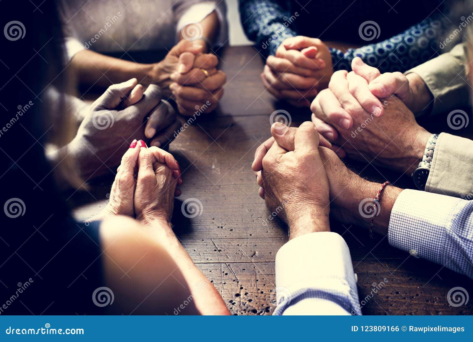 Olik grupp av Christian People Praying Together