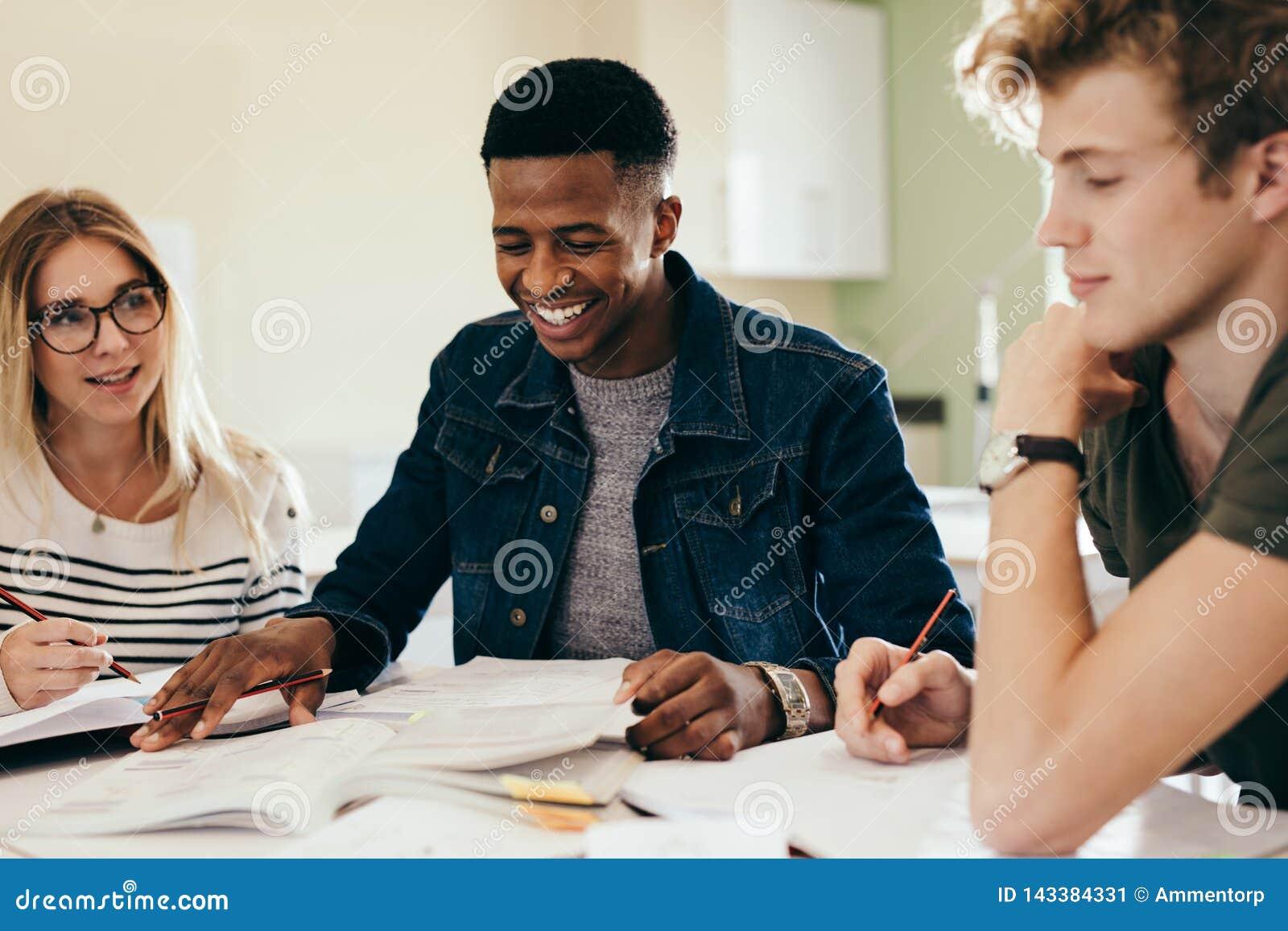 Olik grupp av studenter som diskuterar på anmärkningar