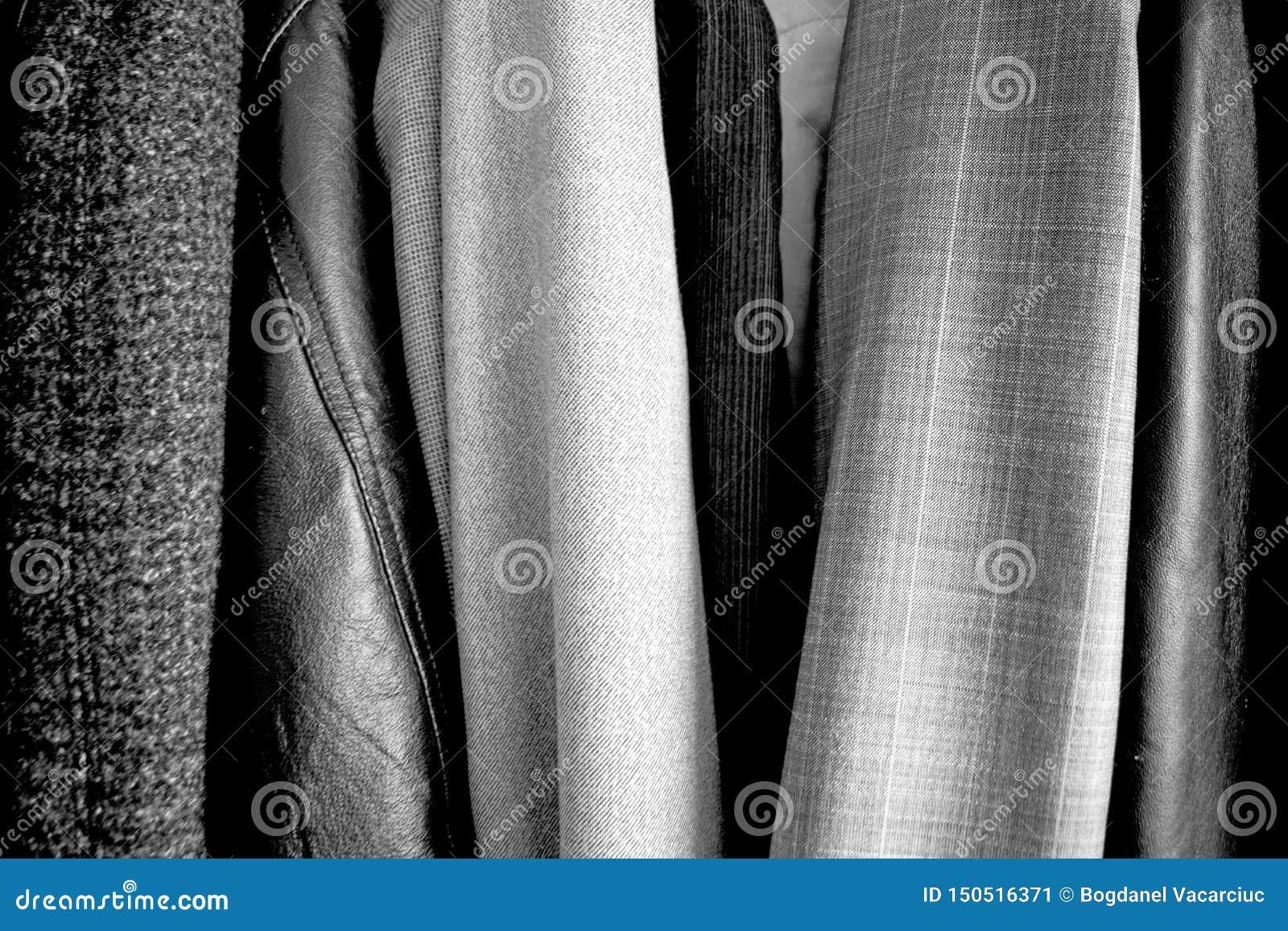 Olik kläder som förläggas i garderoben svart white Bra textur