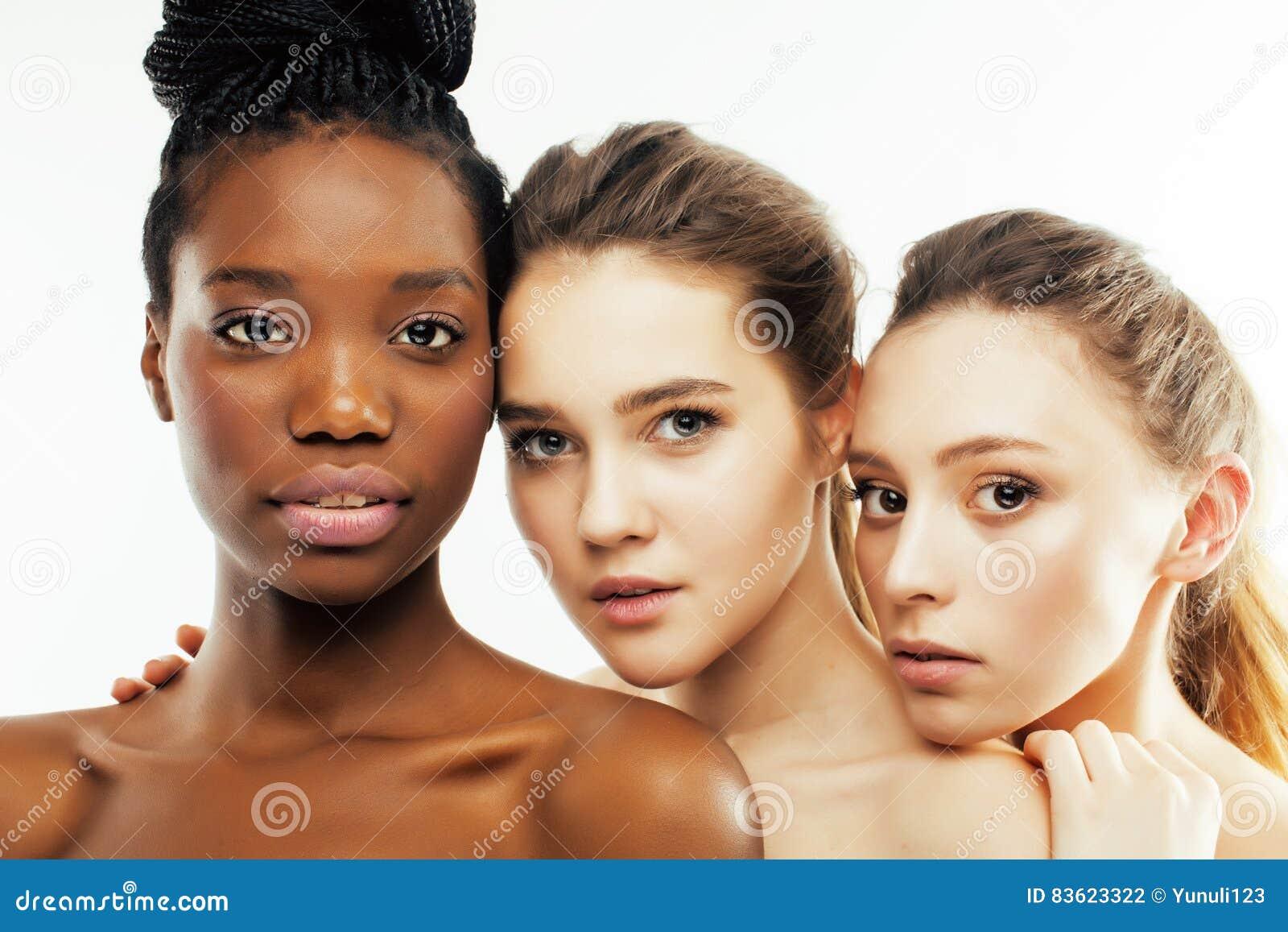 Olik kvinna för nation tre: afrikansk amerikan caucasian som isoleras tillsammans på lyckligt le för vit bakgrund som är olikt