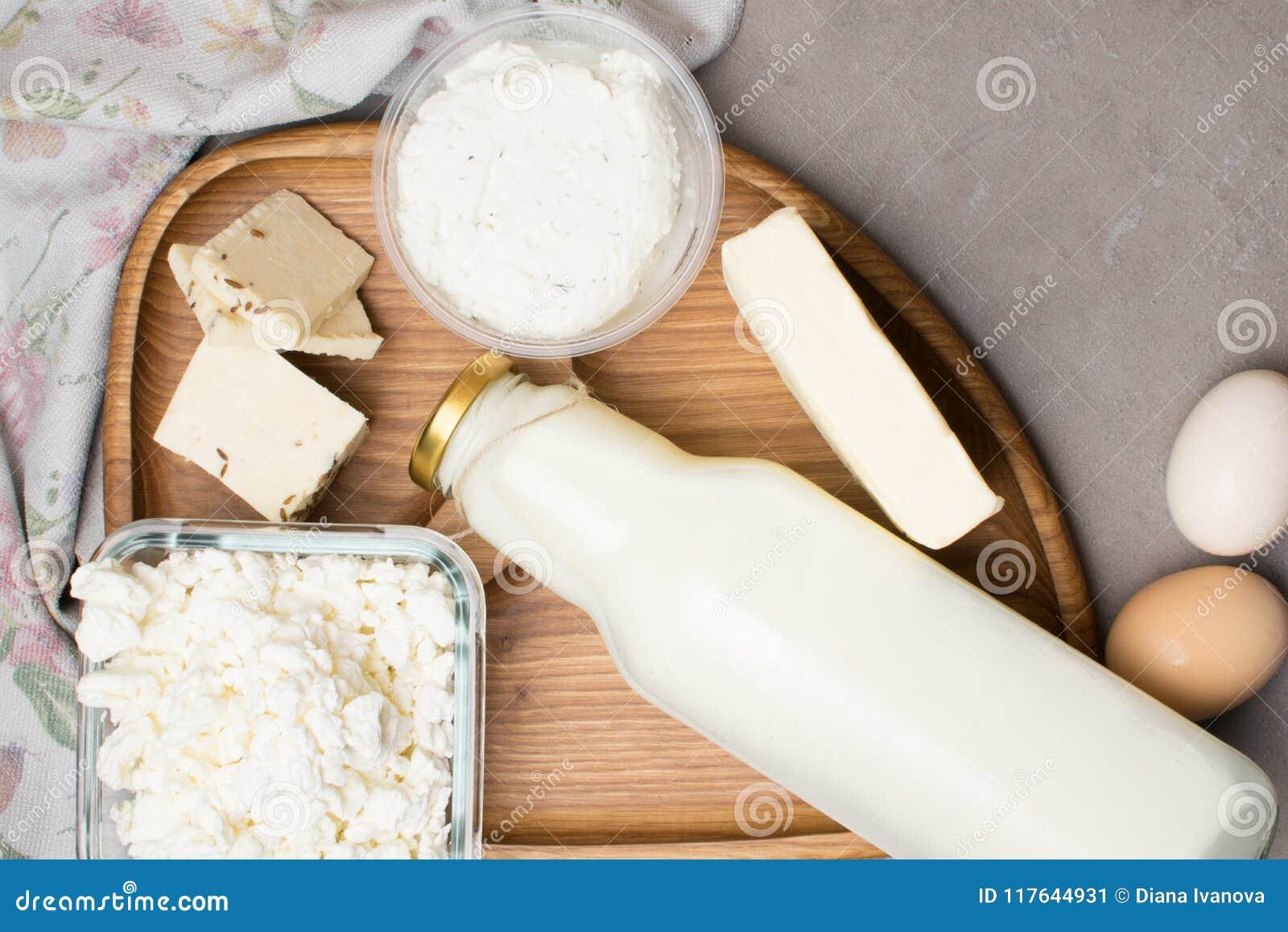 Olik mejeriprodukt på grå färgtabellen med blommahandduken Kalciumkälla