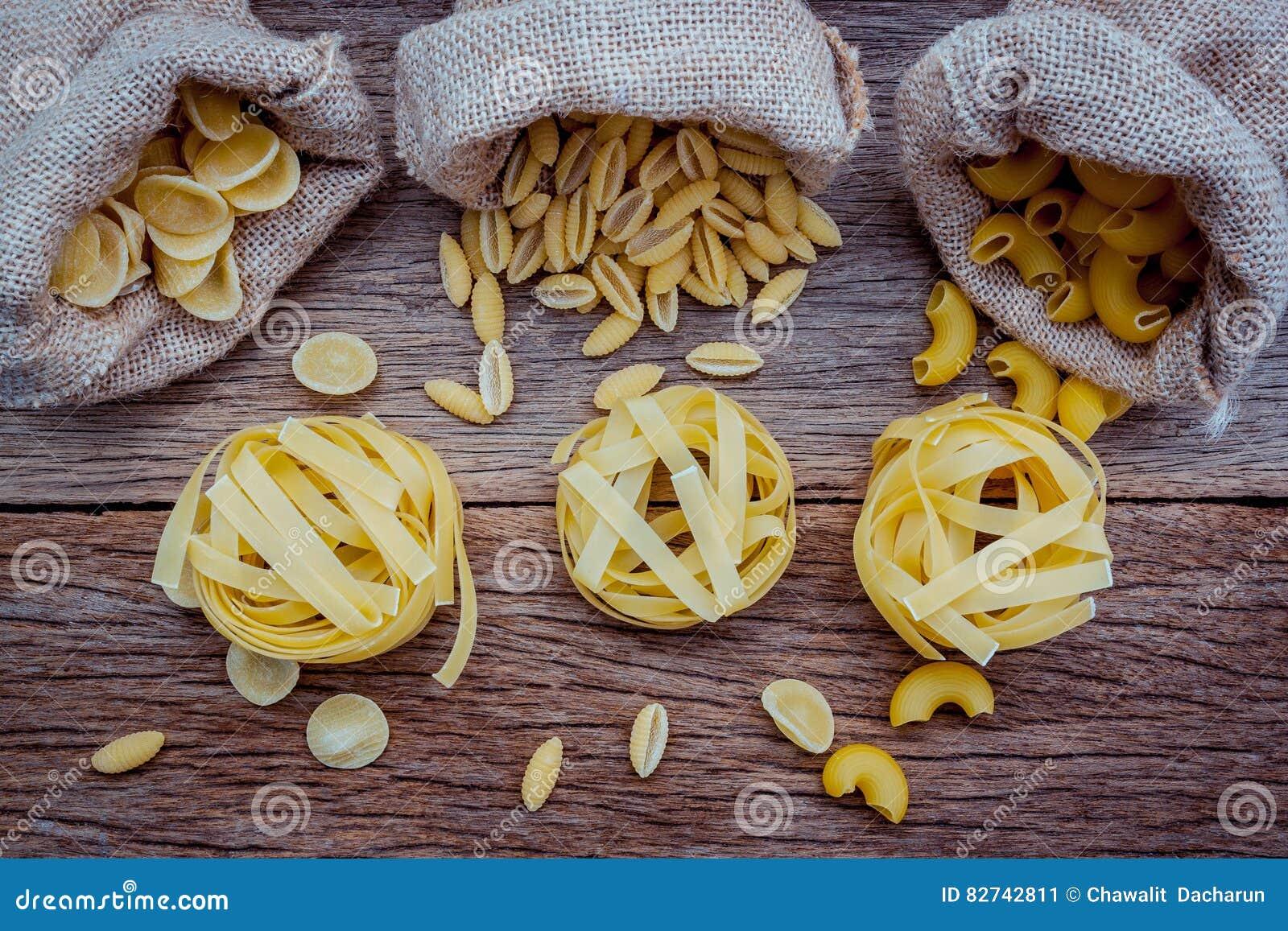 Olik sort av pastaarmbågemakaroni, Fettucini pasta en Riso, eller