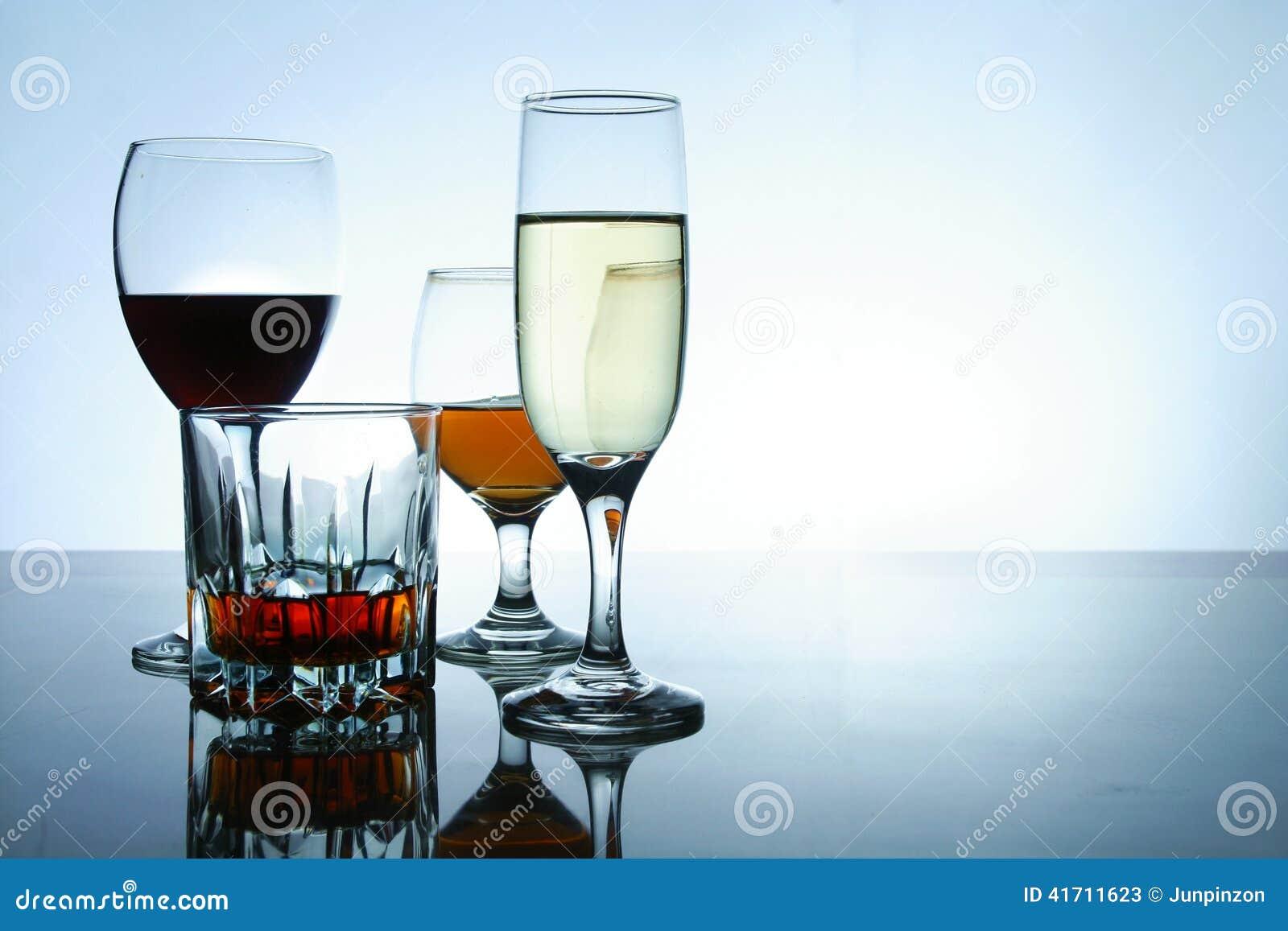 Olika alkoholdrycker i exponeringsglas och bägare