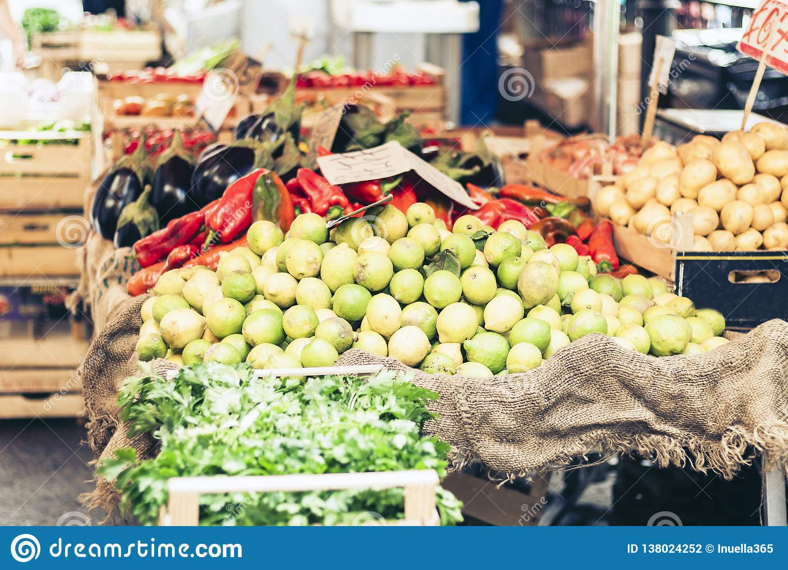 Olika färgrika nya vegetablesandfrukter i marknaden av Catania, Sicilien, Italien
