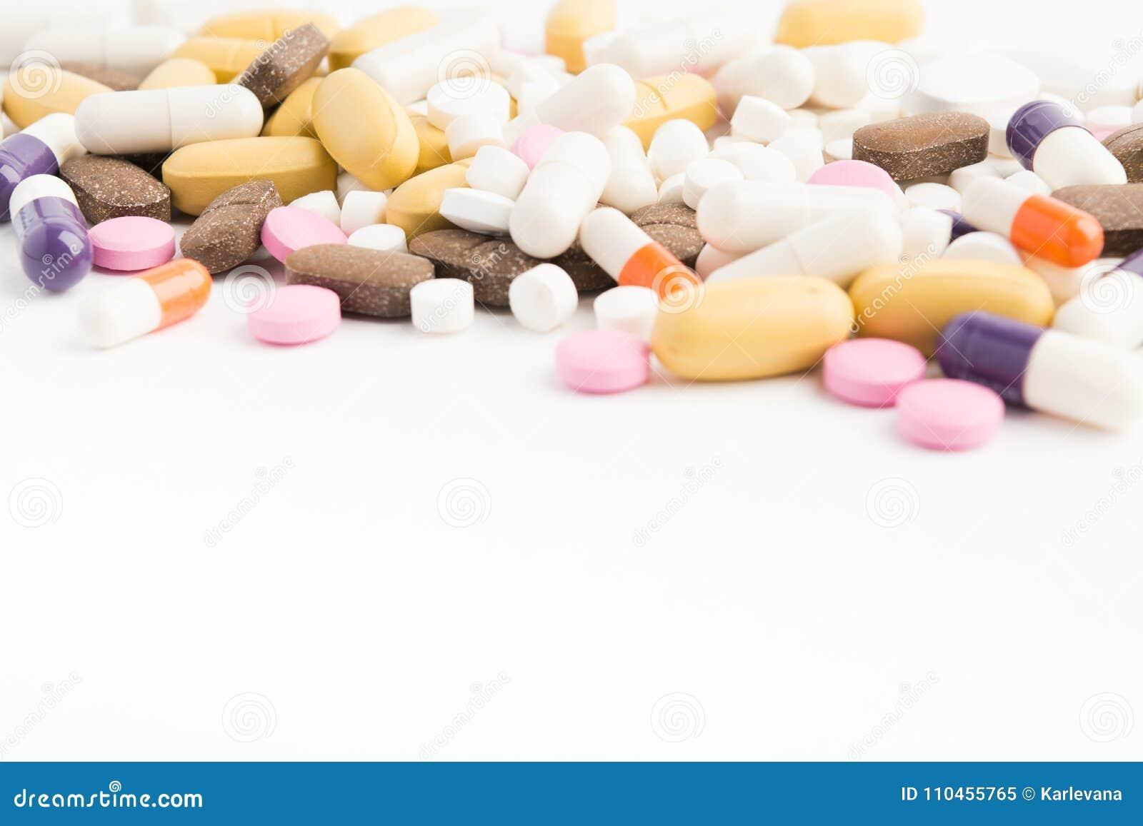 Olika färgrika preventivpillerar på den vita tabellen