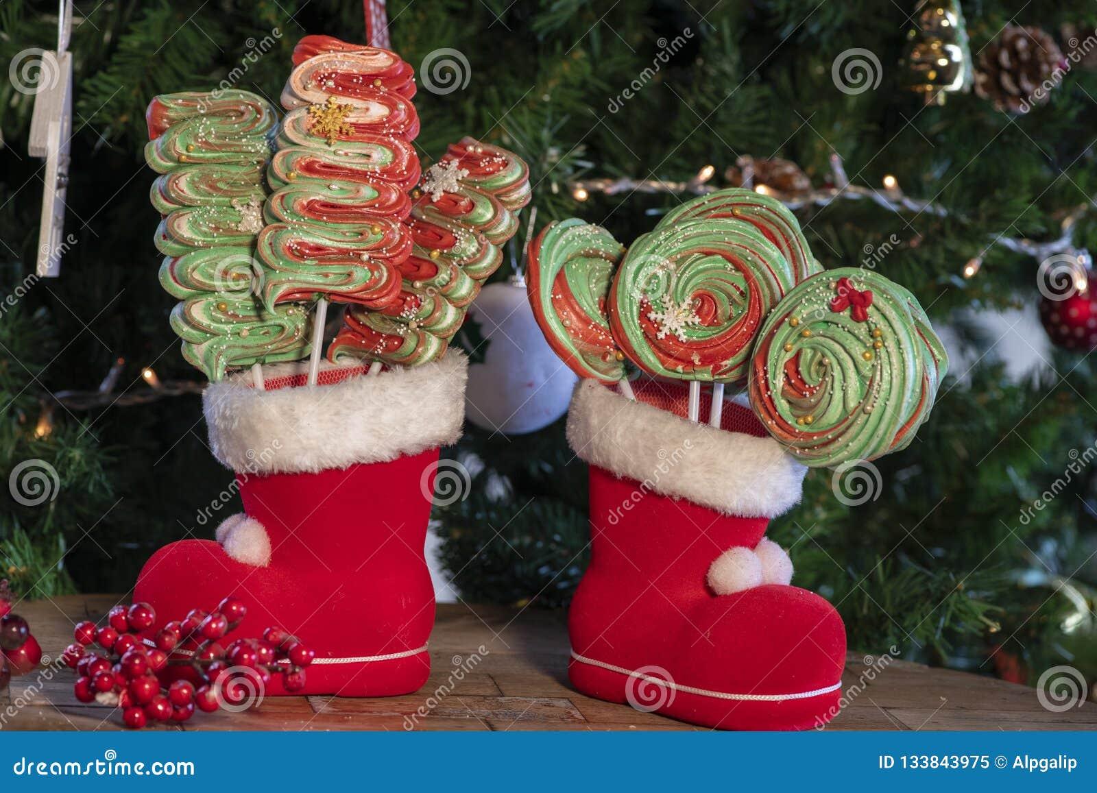 Olika julsötsaker och godisar med julträdet på trätabellen