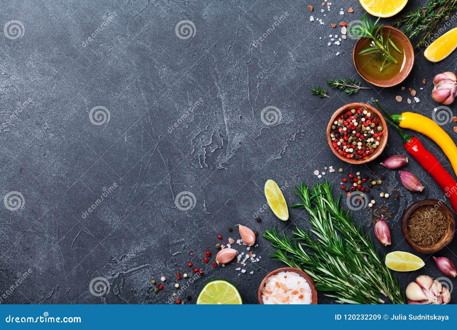 Olika kryddor och örter på svart bästa sikt för stentabell Ingredienser för matlagning många bakgrundsklimpmat meat mycket