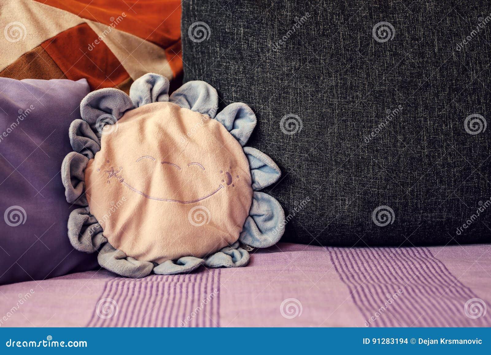 Olika kuddar på säng