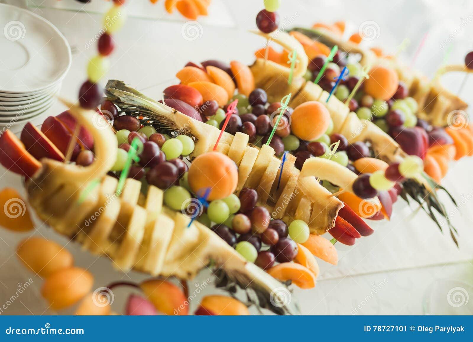 Olika nya frukter på bröllopbuffétabellen