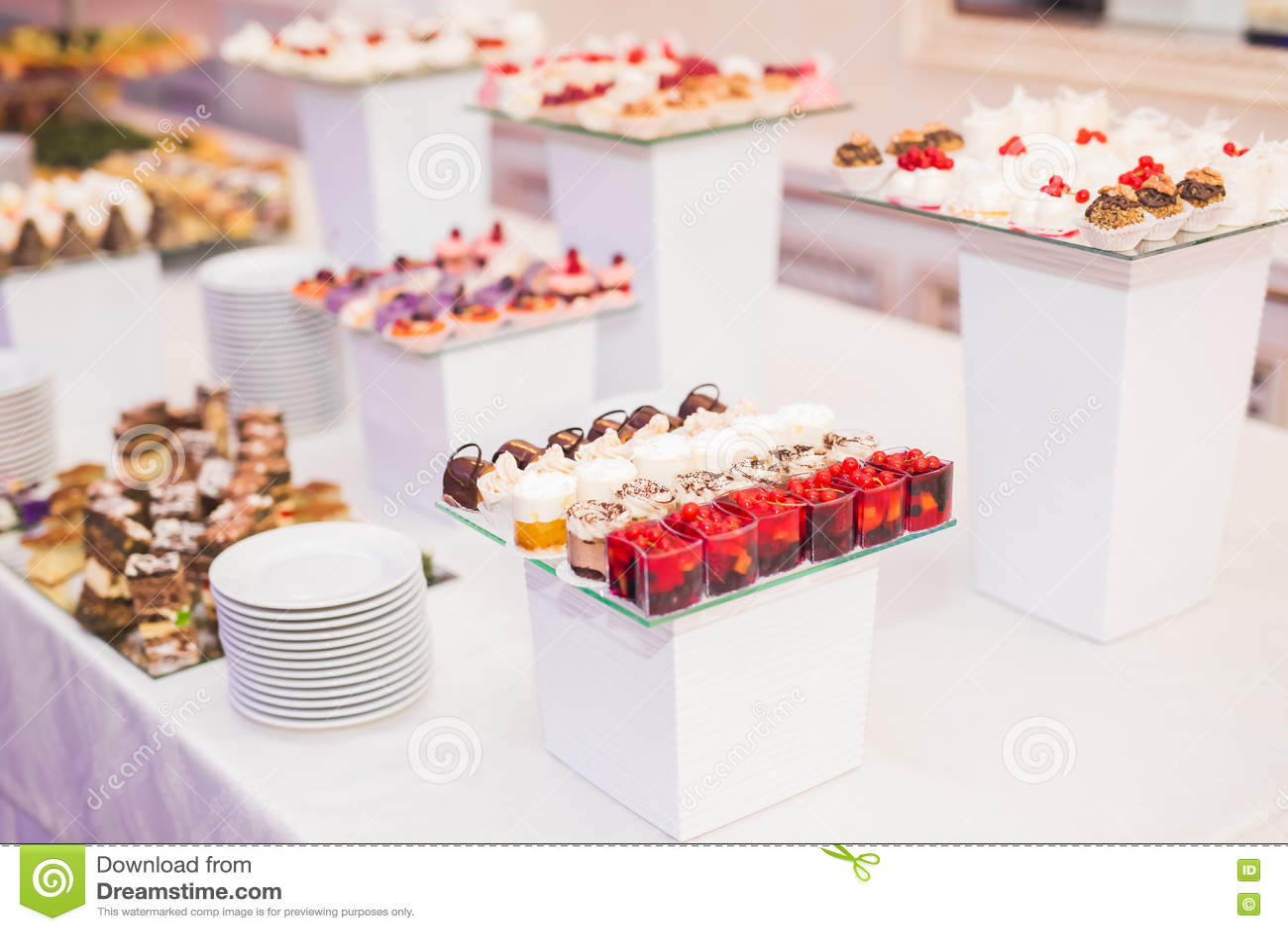 Olika sorter av bakade sötsaker på en buffé