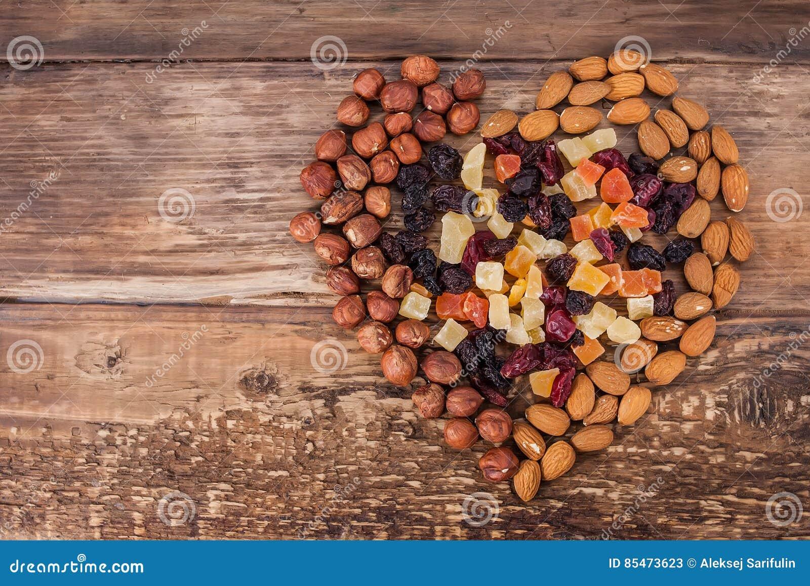 Olika sorter av muttrar och torkade frukter